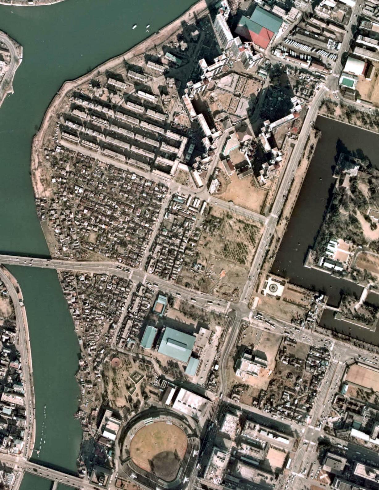 https://upload.wikimedia.org/wikipedia/commons/9/99/Genbaku_Slum_1974.jpg