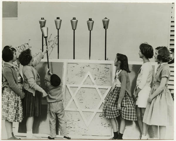 File:Giant Hanukah candlelight ceremony at JCC (5225337566).jpg