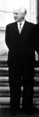 Hermann Schaefer Bundesarchiv Bild 183-21910-0004, Bonn, Kabinett Adenauer II, Gruppenbild.jpg