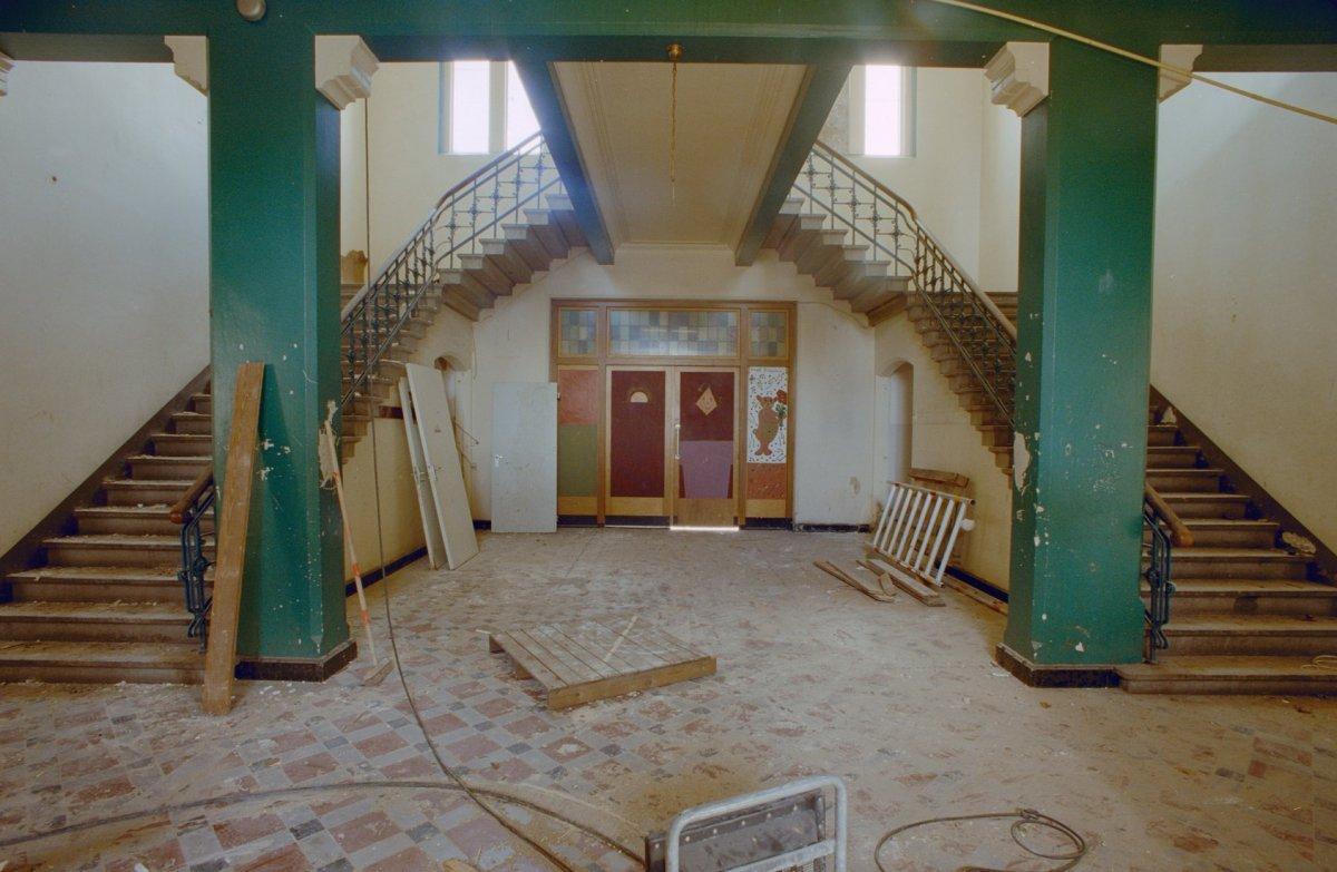 File interieur begane grond hal trappenhuis dubbele trap