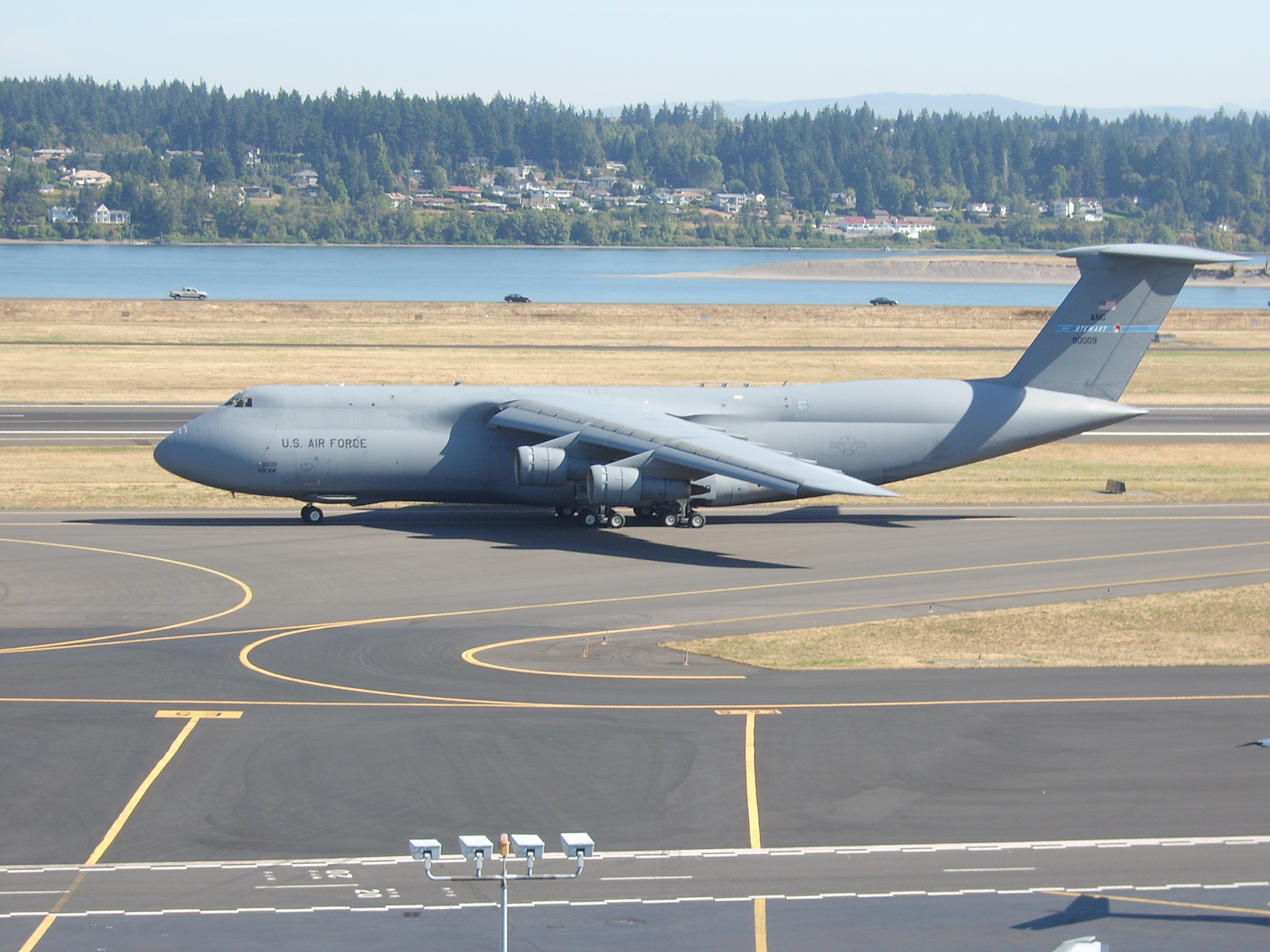 file lockheed c 5 galaxy taxiing at pdx jpg wikimedia commons