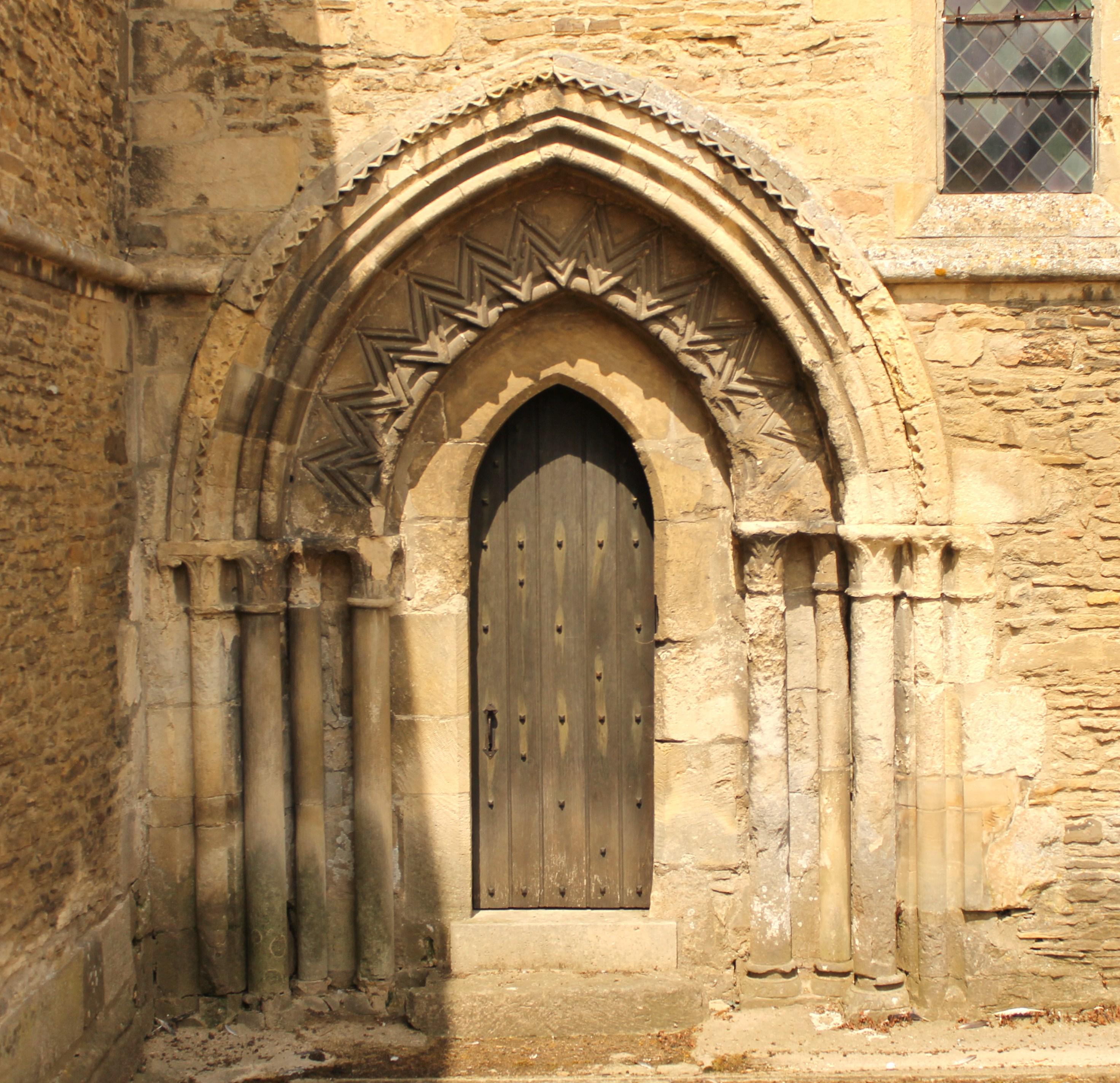 FileMézidonCanon église SaintPierre Du Breuil PorteJPG - Canon porte