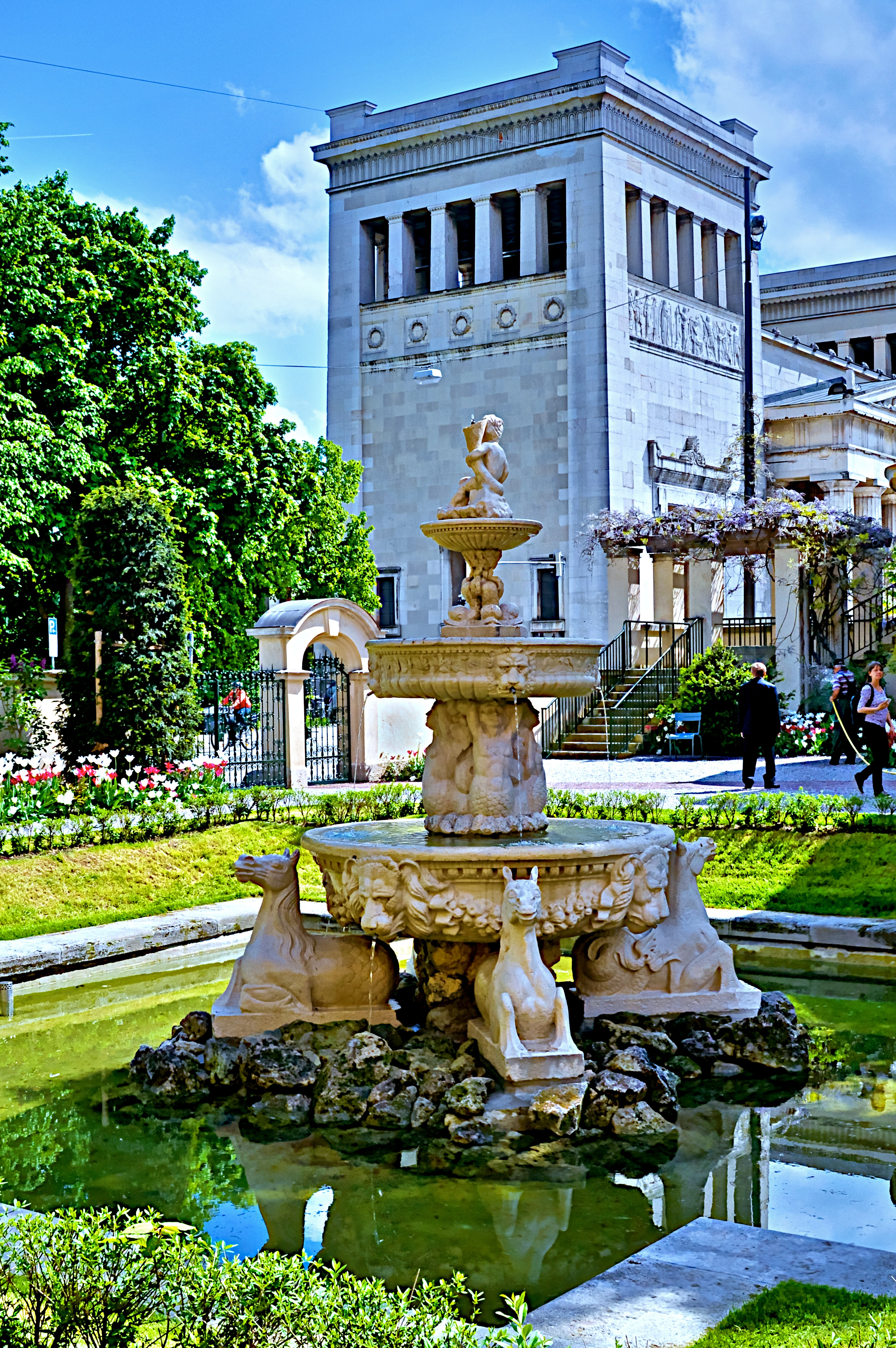 File München, Brunnen im Garten des Lenbachhauss Im Hintergrund das Propyläen am Königsplatz  ~ 07043525_Brunnen Bohren Garten München