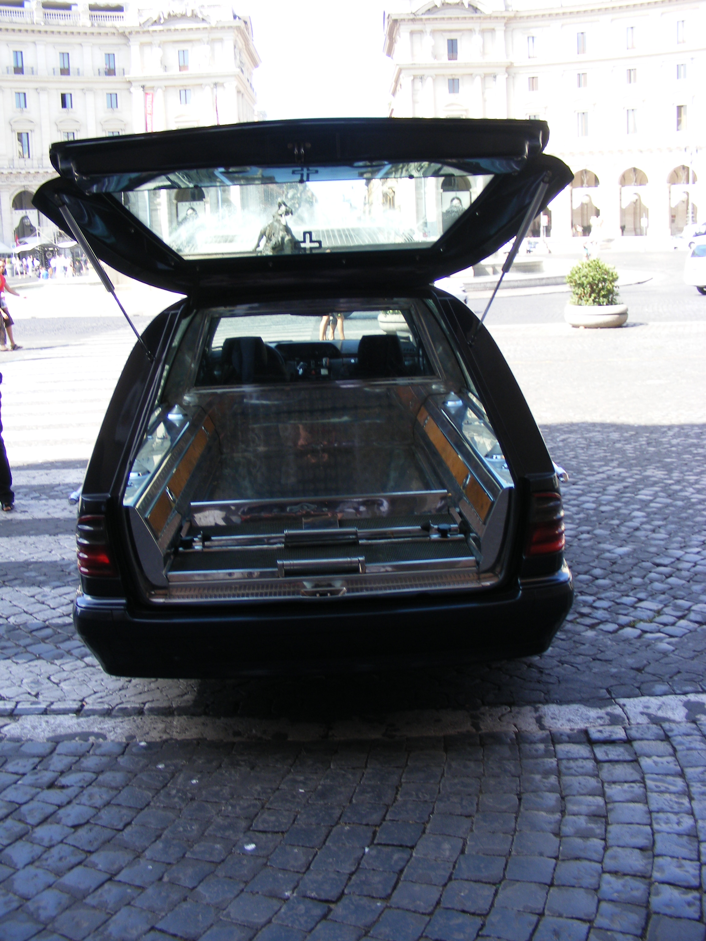File mercedes benz hearse wikimedia commons for Mercedes benz hearse