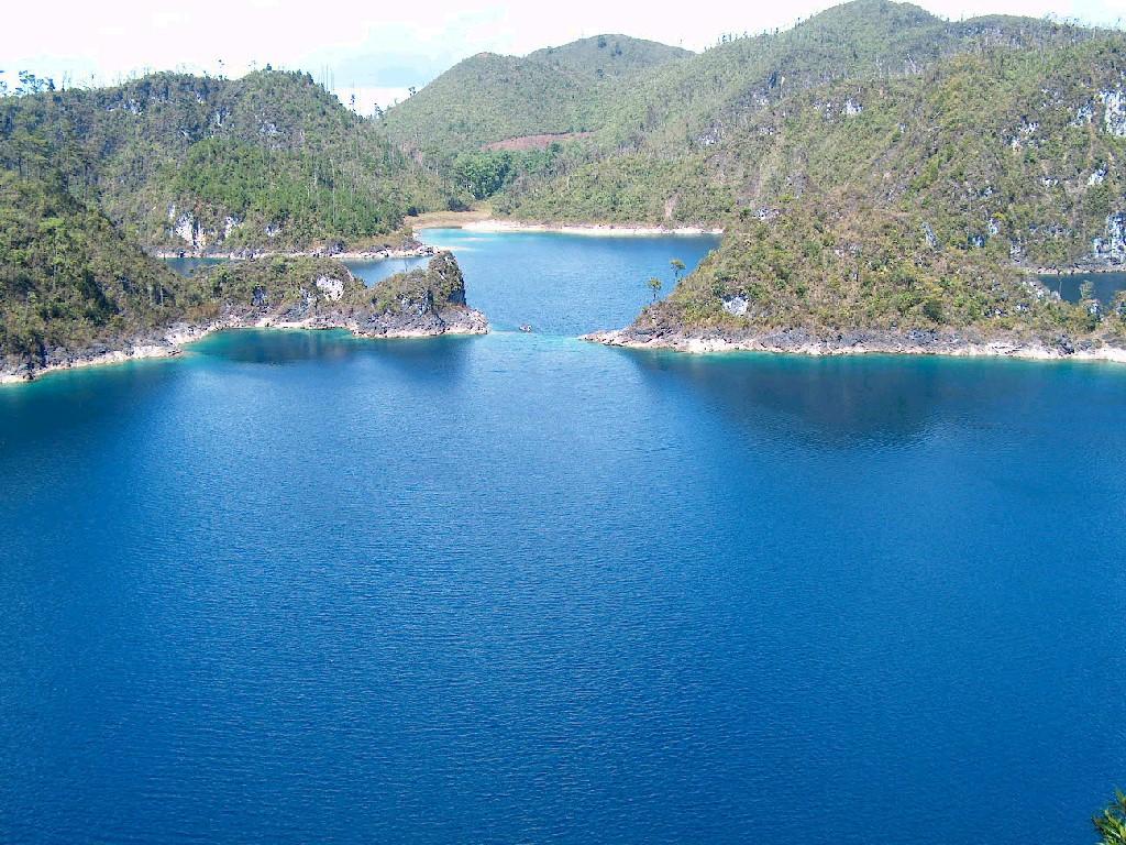 Čirá voda v jezeře Montebello