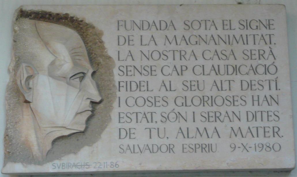 Placa de homenaje a Espriu, obra de Josep Maria Subirachs, en la Universidad de Barcelona