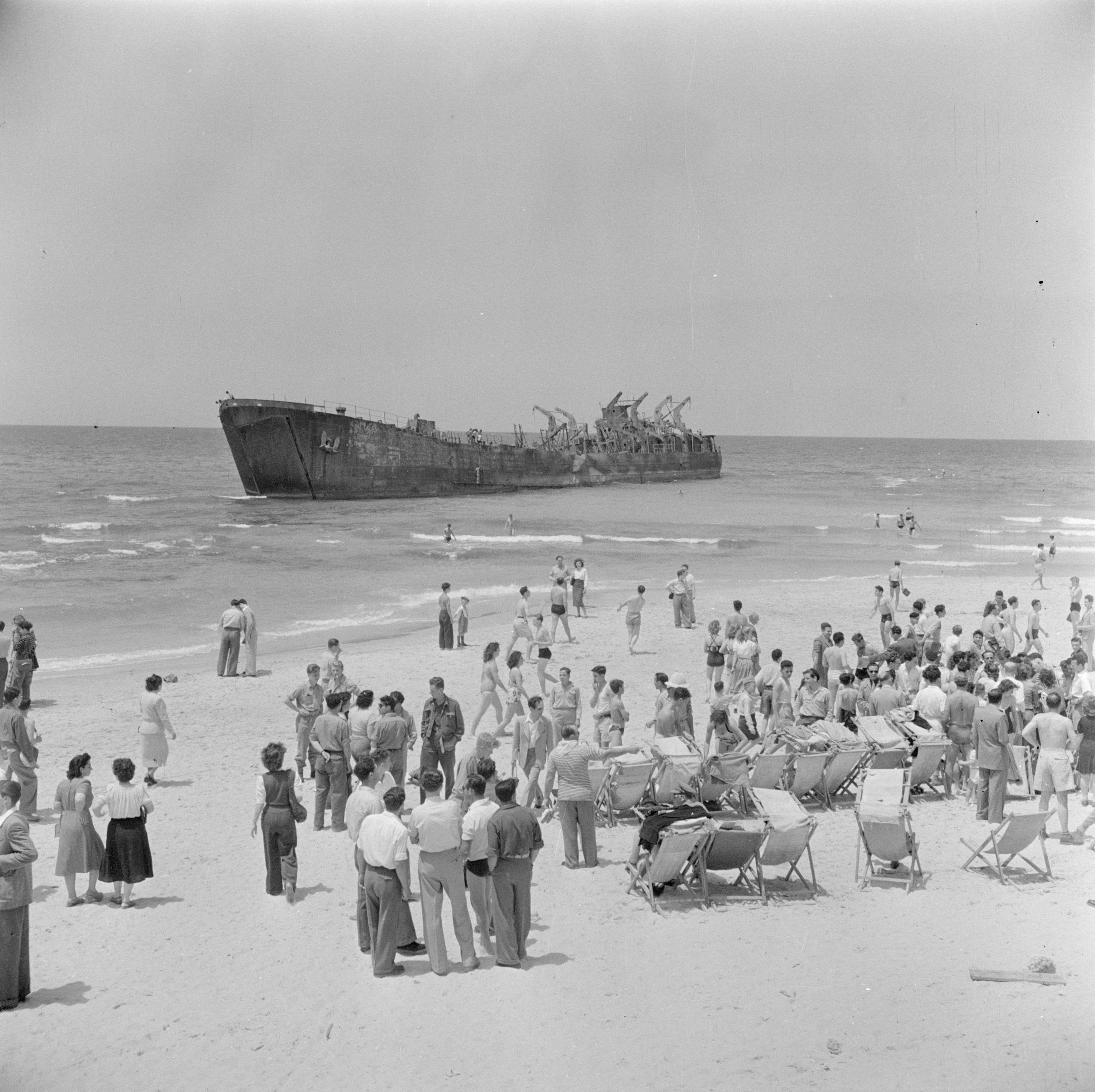 מבט על האונייה אלטלנה מחוף ים תל אביב