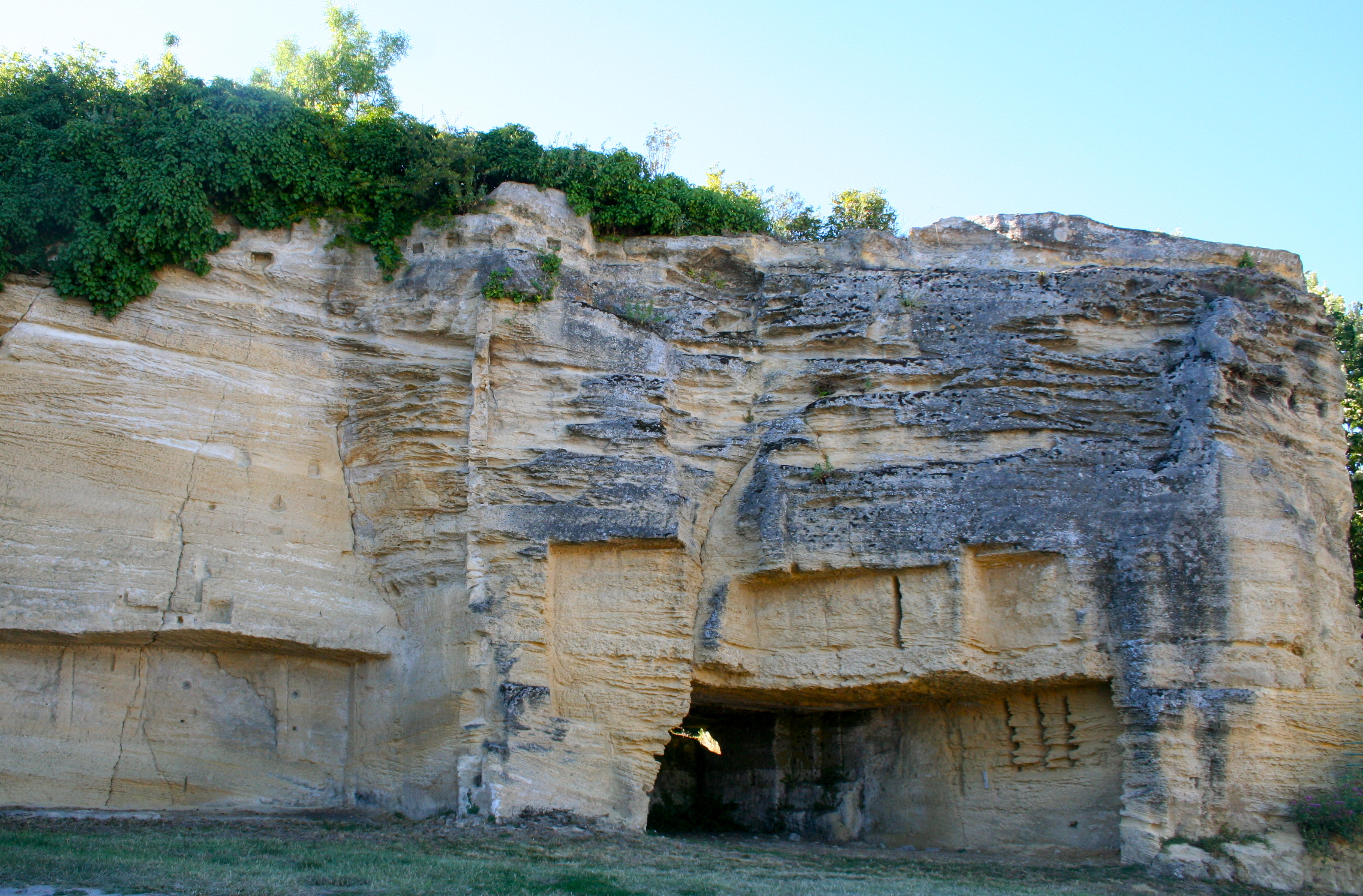 File:Sandstone caves in Cubzac.jpg - Wikimedia Commons