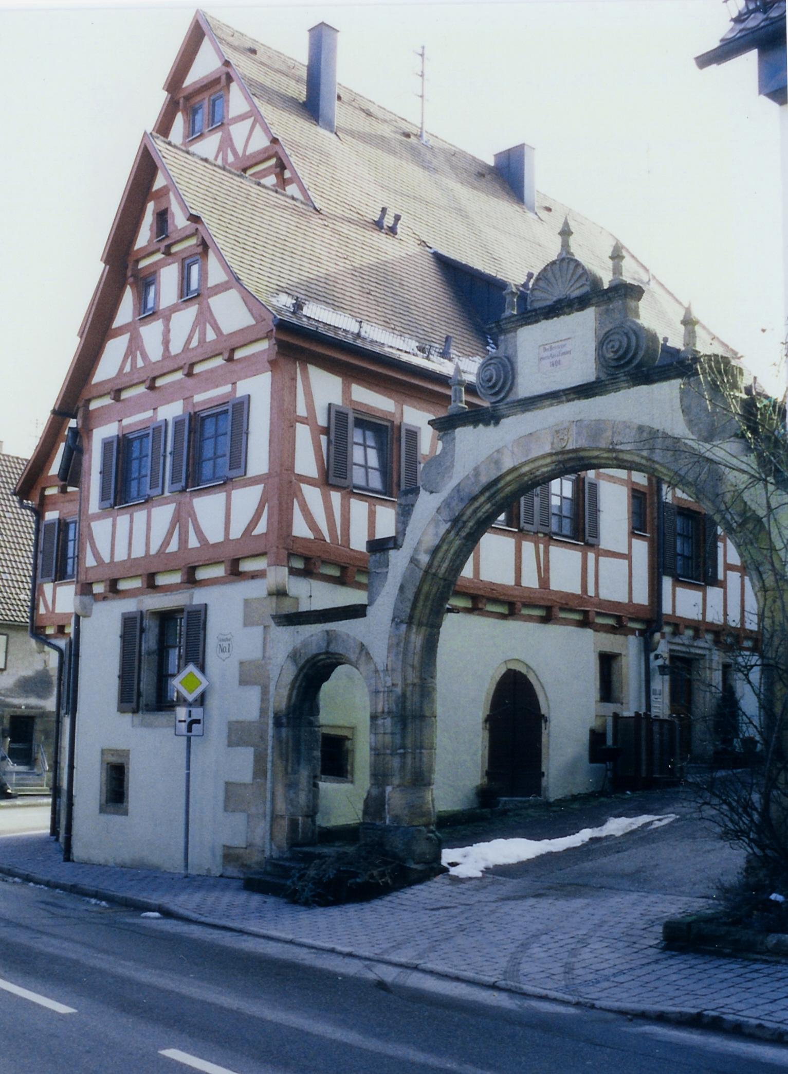 File:Schlosshof Torbogen.jpg - Wikimedia Commons