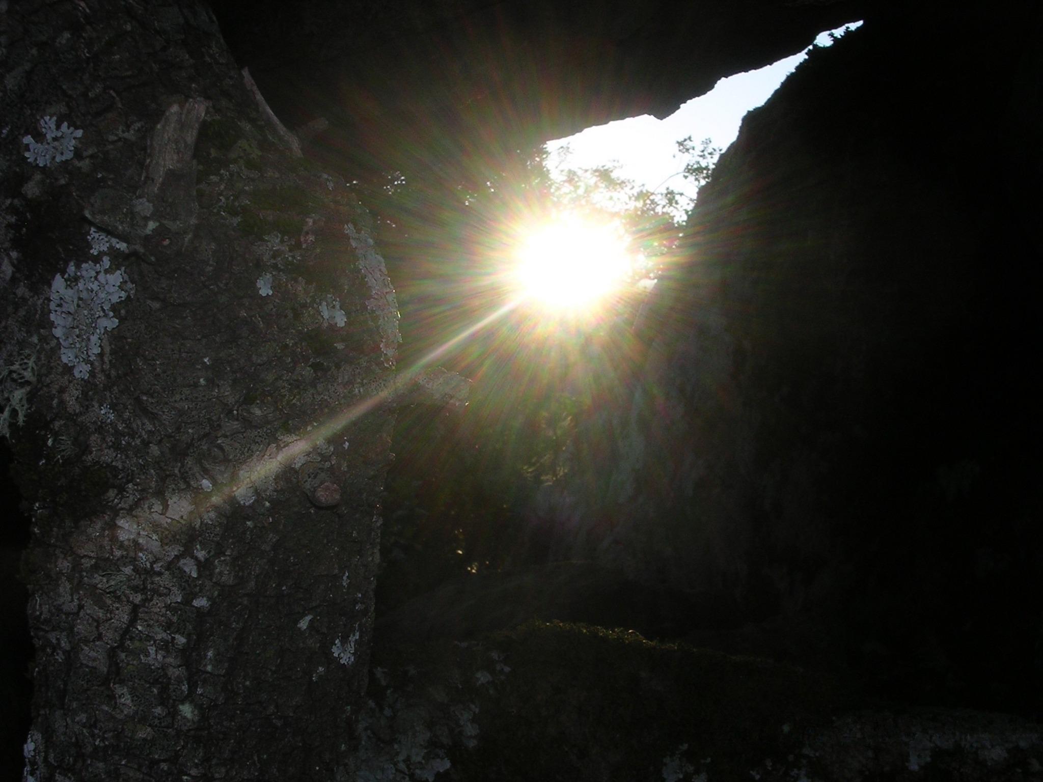 An image of the first sunbeam of the solstice under Arcu di l'Ursini of Carticasi by Ghjseppu.