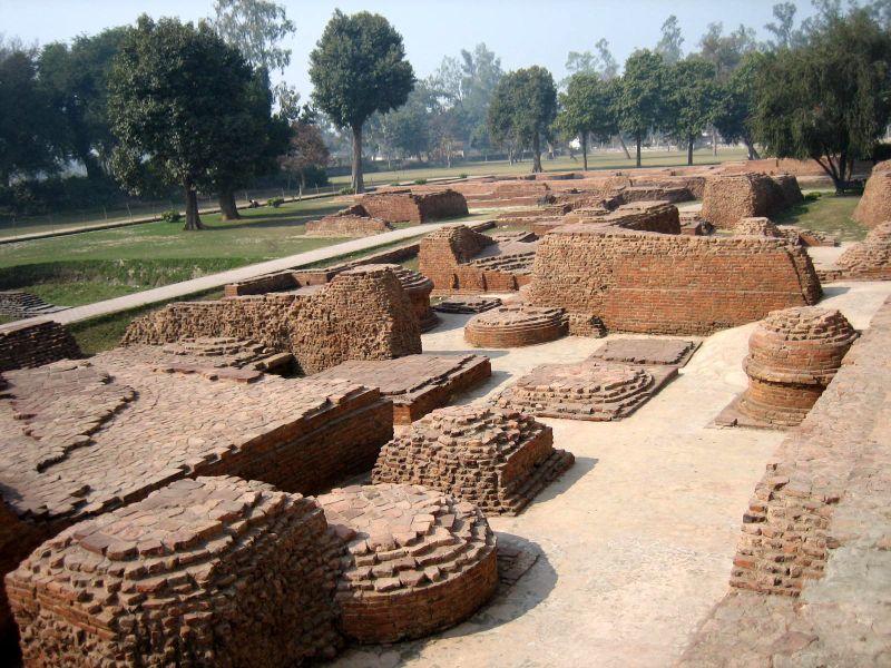 Bestand:Stupa ruins in Kushinagar.jpg
