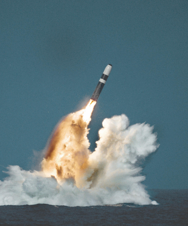 Lanzamiento de un SLBM Trident II D-5 desde un submarino en inmersión
