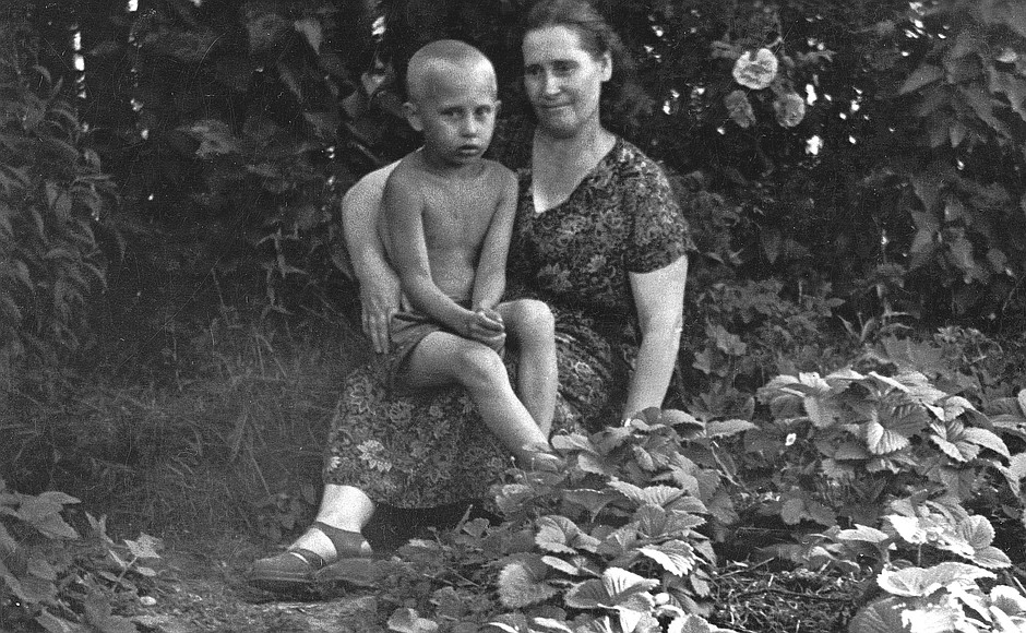 Datei:Vladimir Putin with his mother.jpg