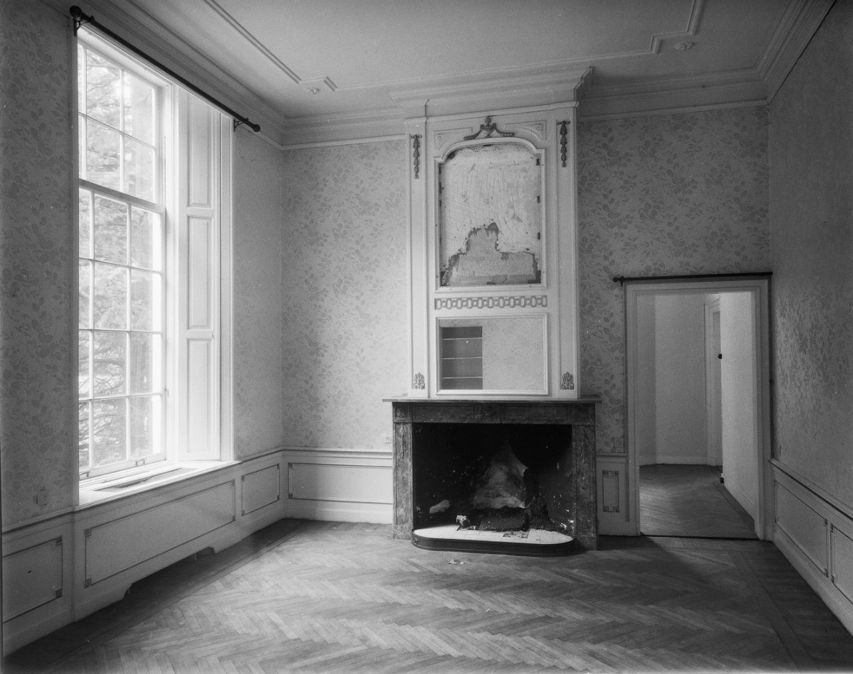 https://upload.wikimedia.org/wikipedia/commons/9/99/Zijkamer%2C_interieur_-_Lage-Vuursche_-_20128586_-_RCE.jpg