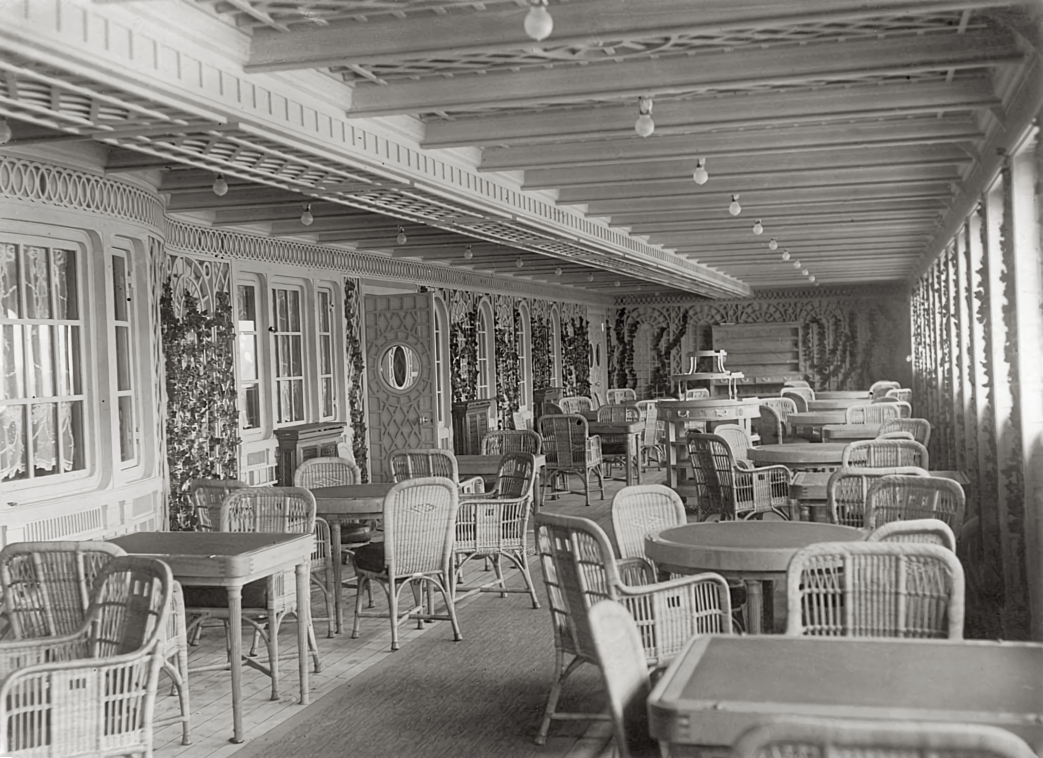 File20st Class Cafe Parisien Completed.jpg   Wikipedia