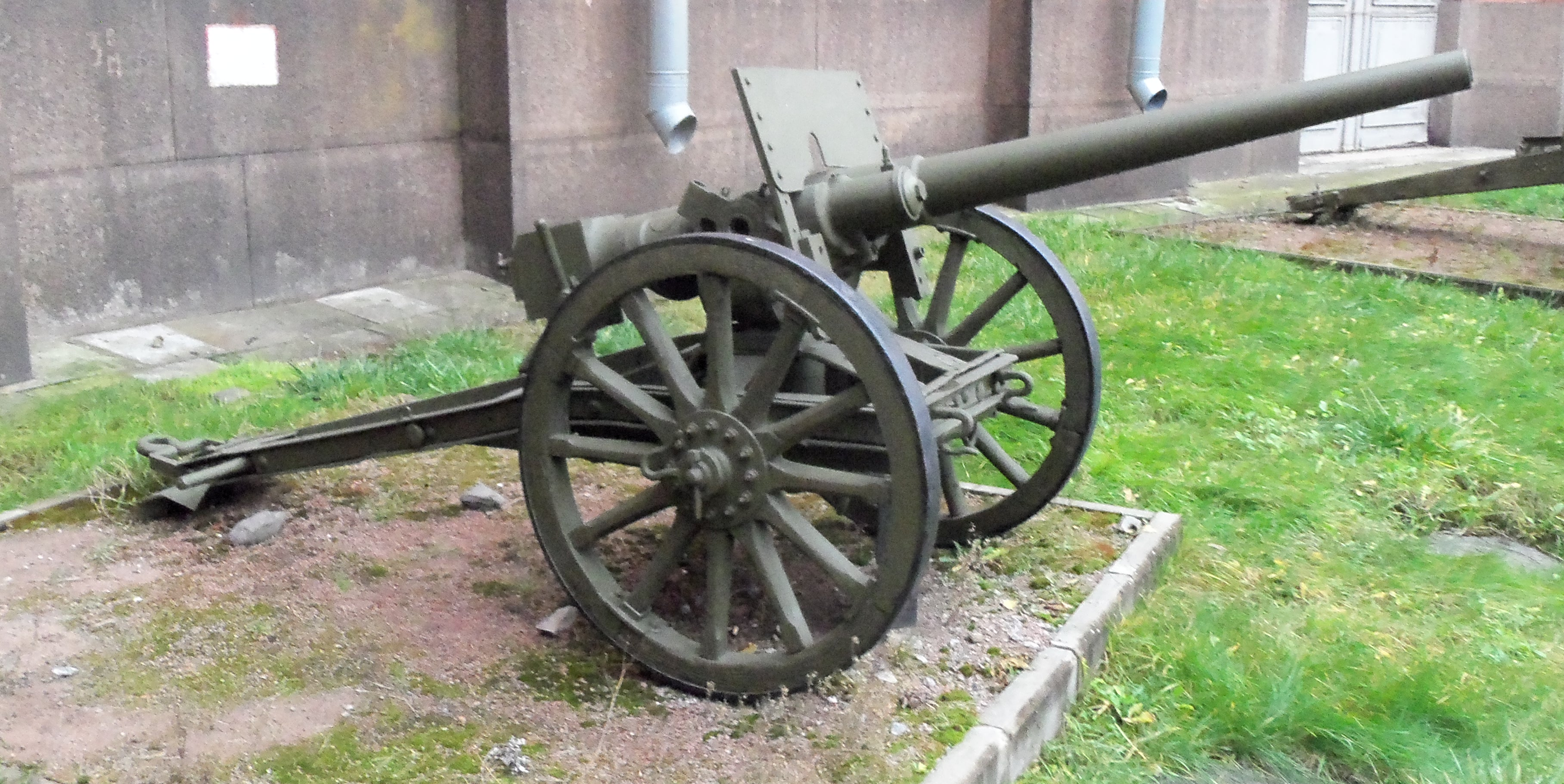 47mm_Russian_Hotchkiss_gun_on_field_carr
