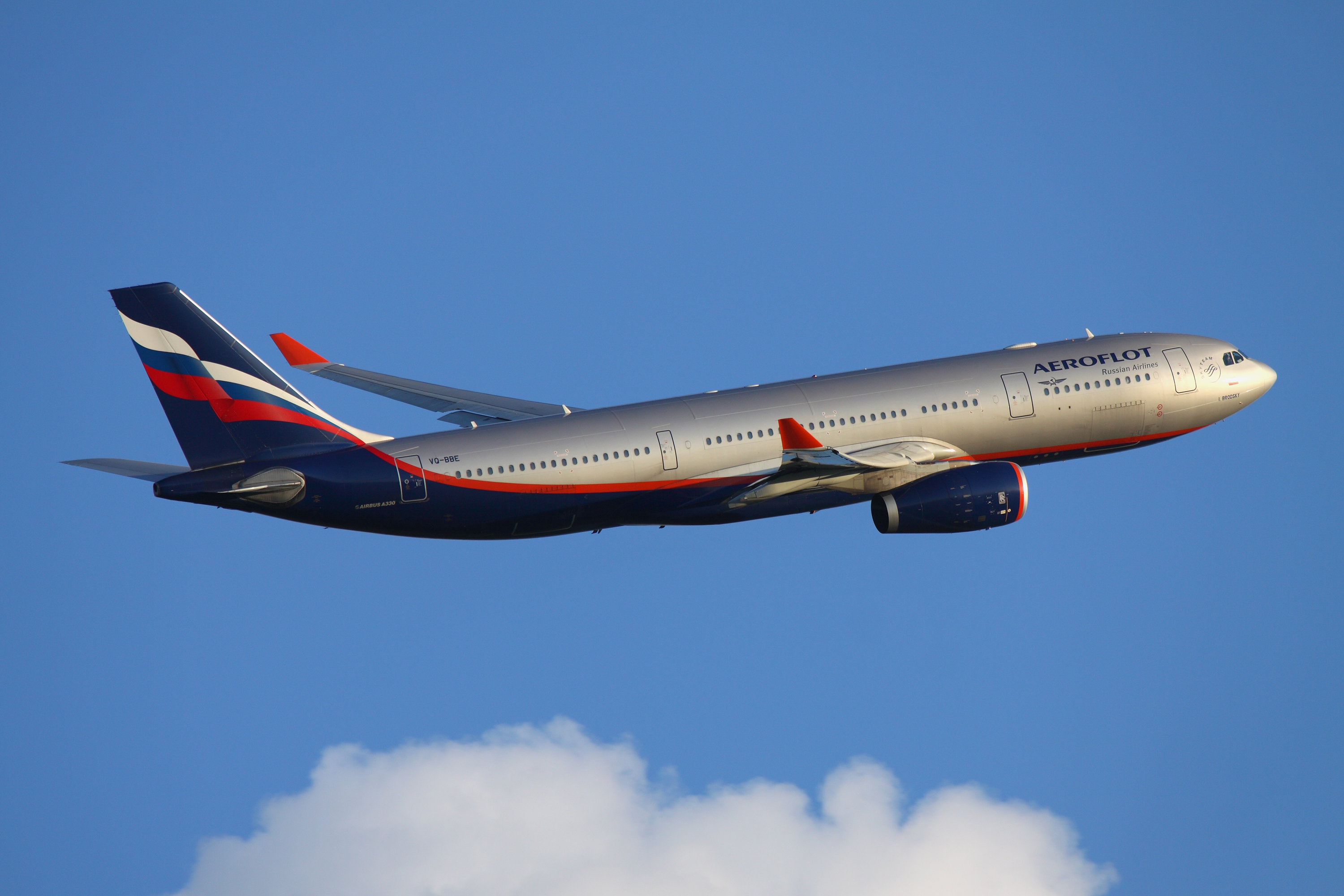 https://upload.wikimedia.org/wikipedia/commons/9/9a/Aeroflot_Airbus_A330_Kustov.jpg