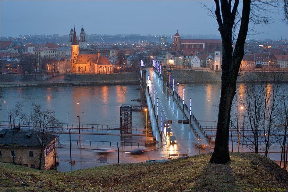 Ponte Aleksotas e vista da Cidade Antiga de Kaunas, no inverno.
