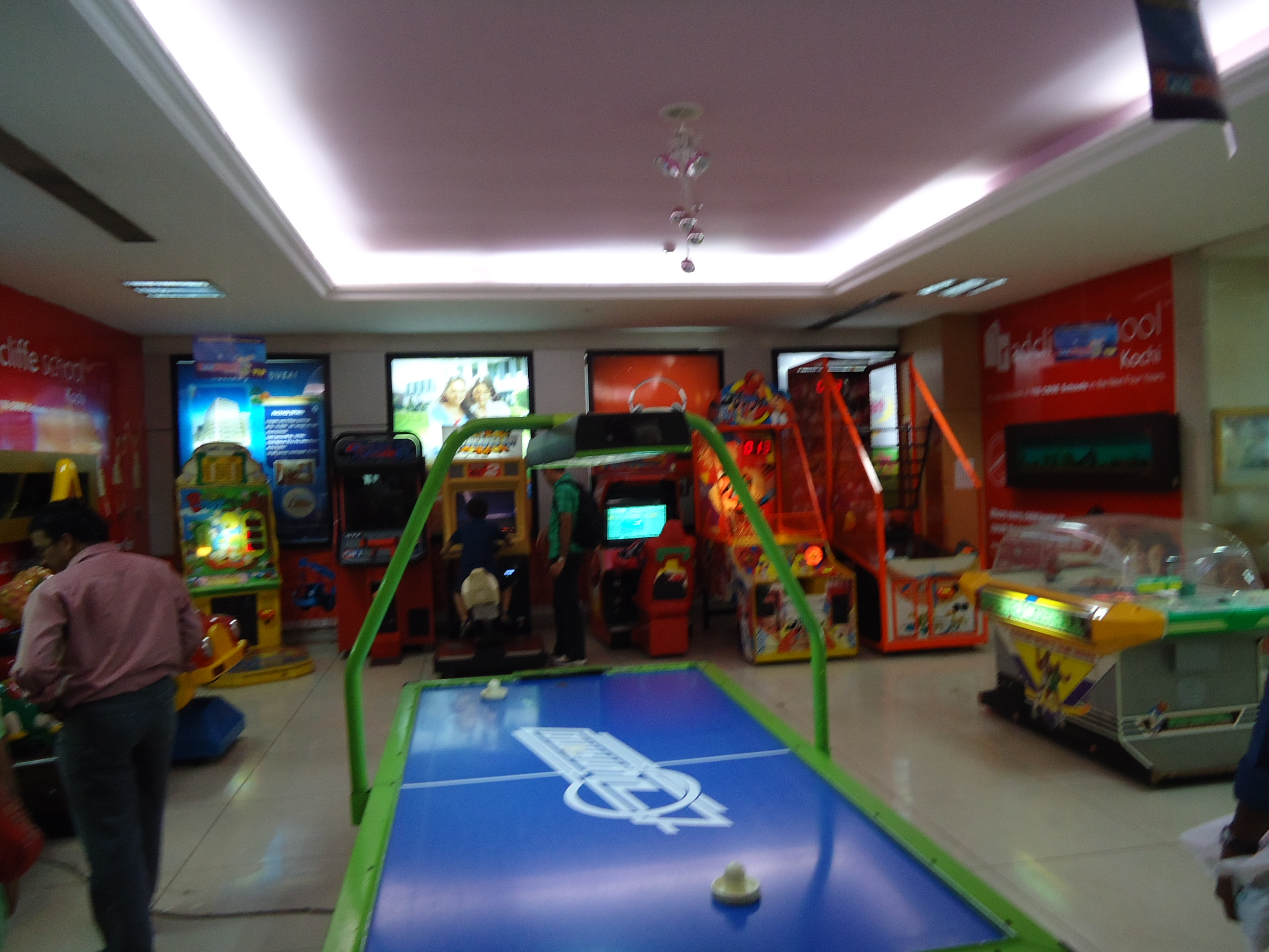 file bay pride mall game center     wikimedia commons