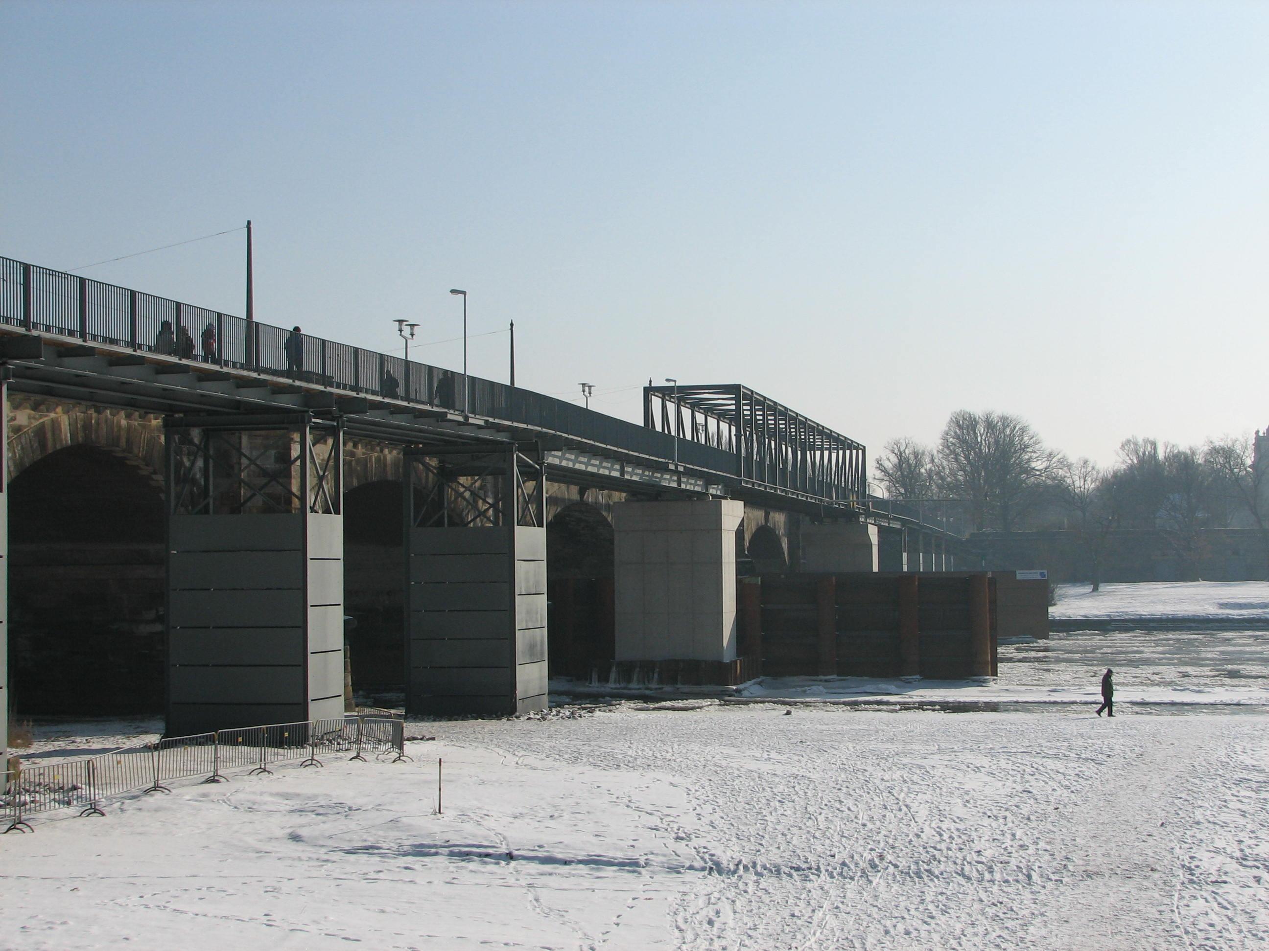 Albertbrücke mit Behelfsbrücke für Radfahrer im Winter (Februar 2012)