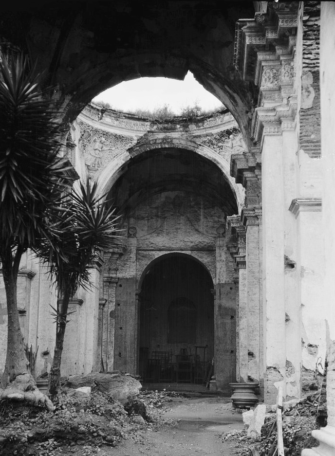 Ruinas de la Catedral de Antigua Guatemala en abandono en 1915.