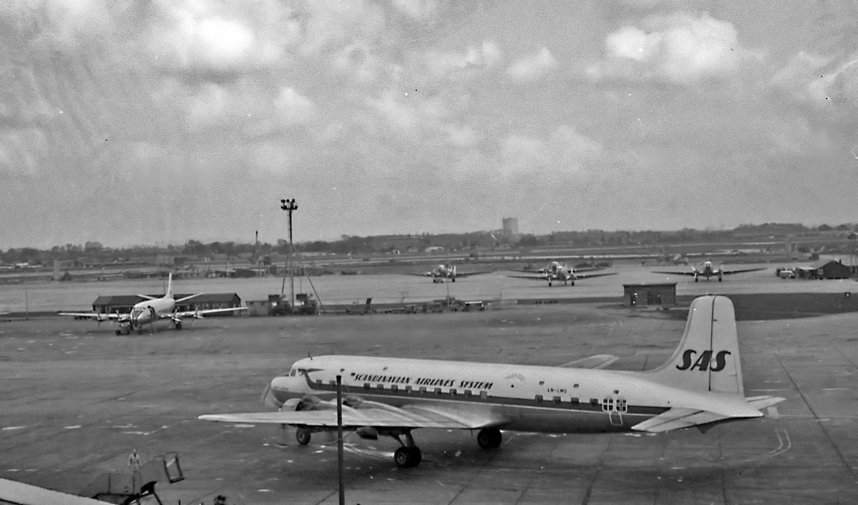 File:DC6, Heathrow, 1960.jpg - Wikimedia Commons
