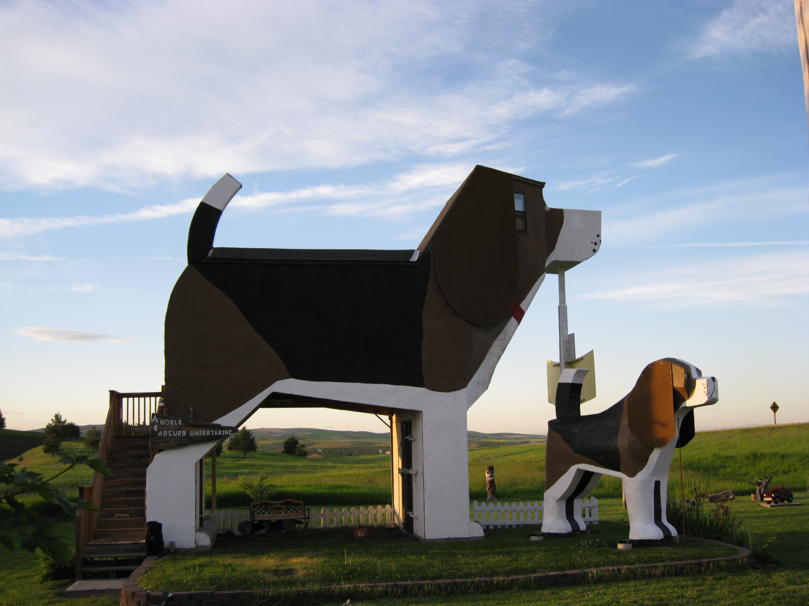 File dog bark park inn cottonwood wikimedia for 10 unique hotels around the world