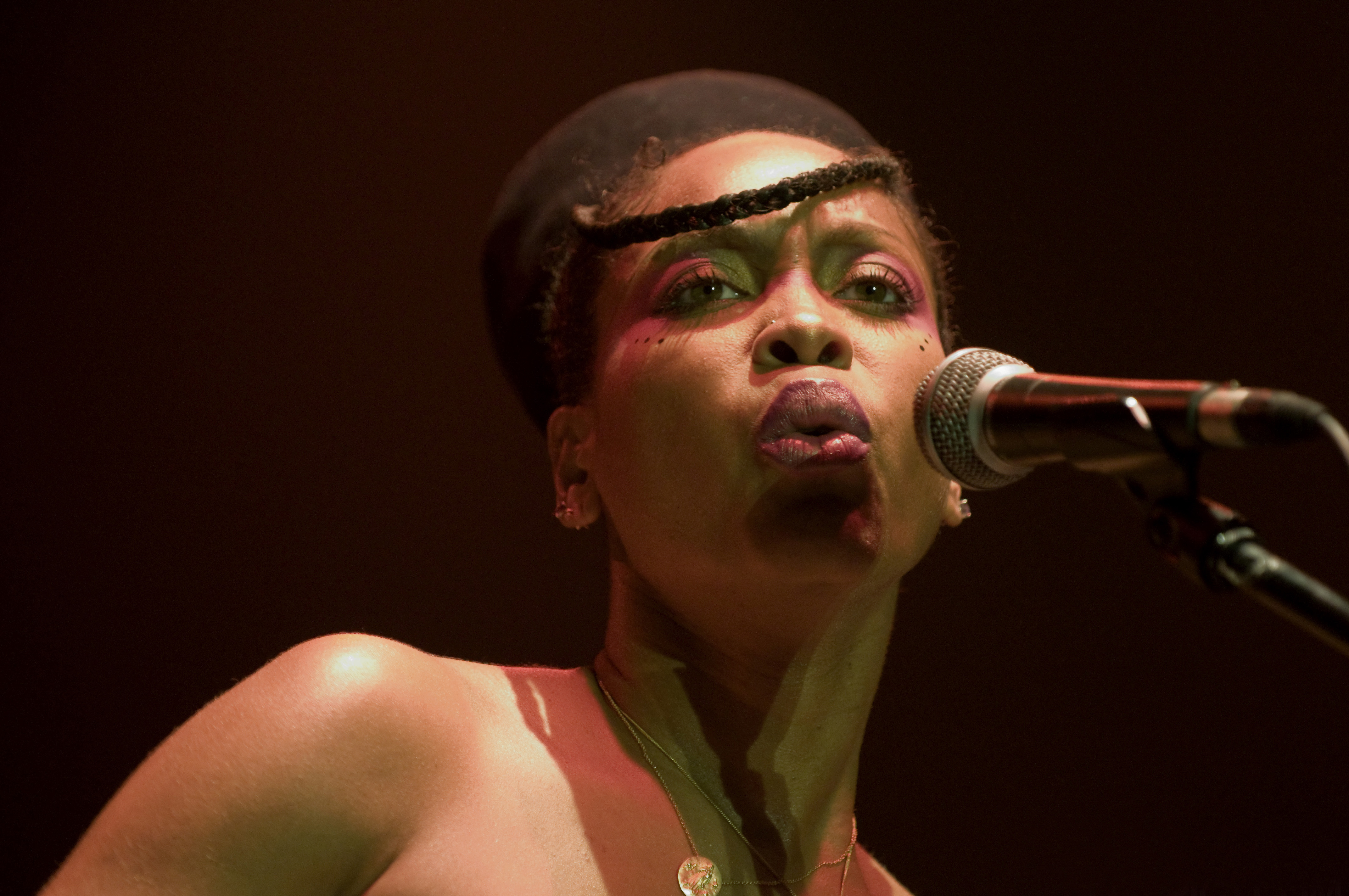 http://upload.wikimedia.org/wikipedia/commons/9/9a/Erykah_Badu_cs.jpg
