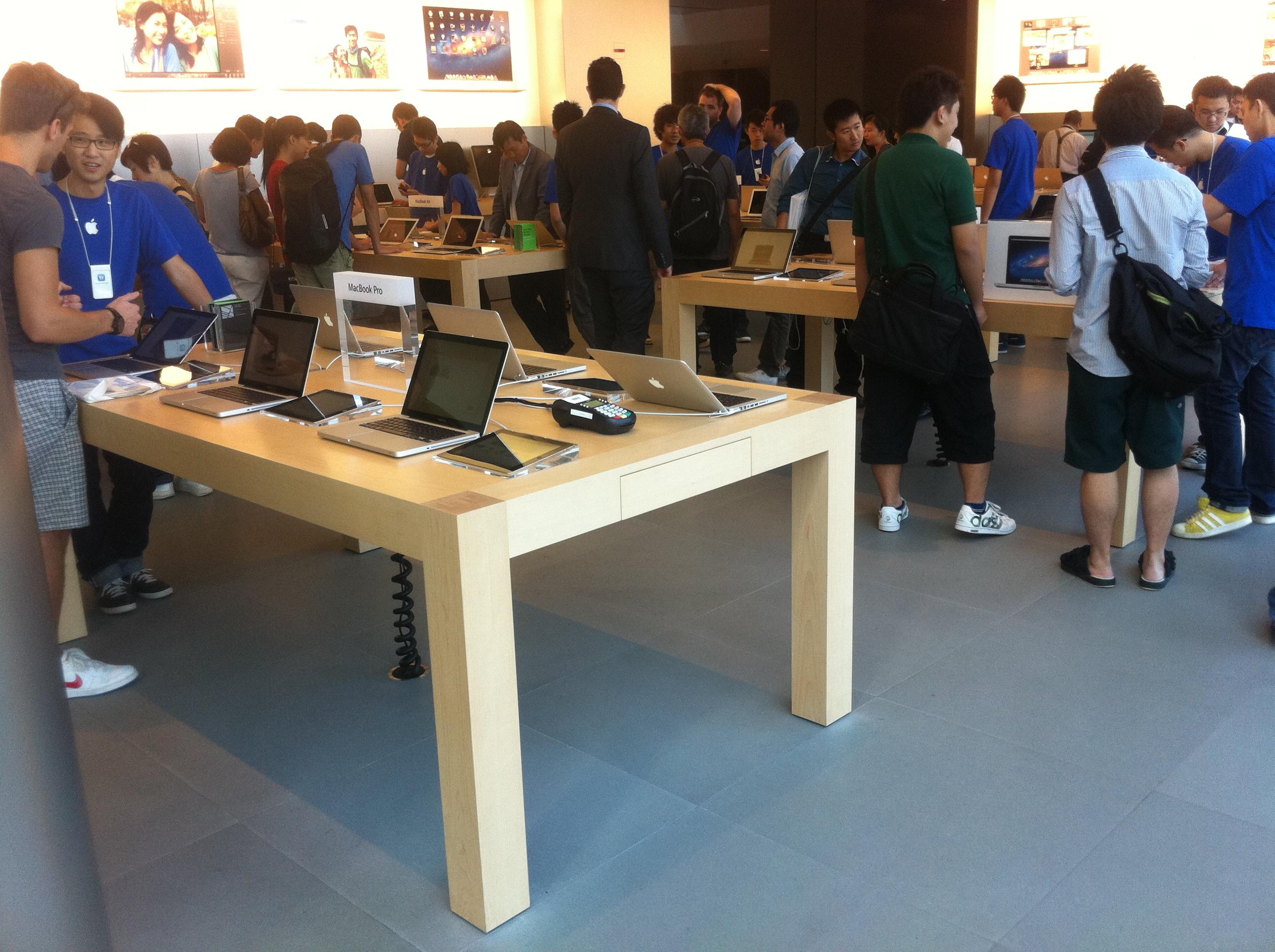 File:HK 中環 Central IFC Mall 蘋果店 Apple Shop Interior Table Visitors Oct