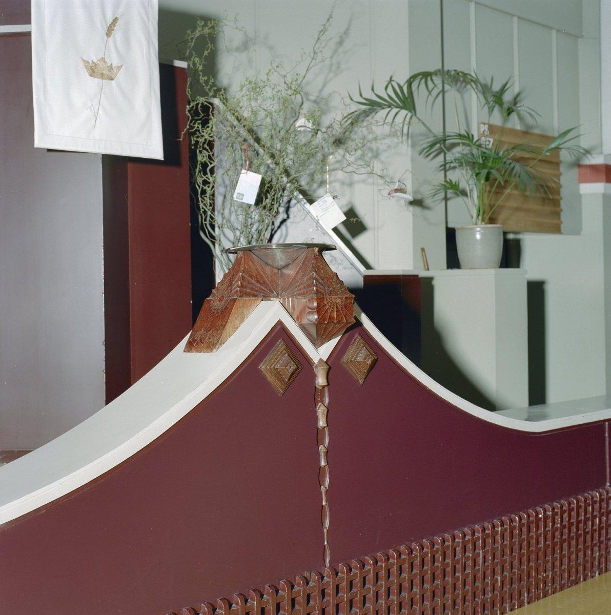 File:Interieur doopvont van tropisch hardhout - Bergen op Zoom ...