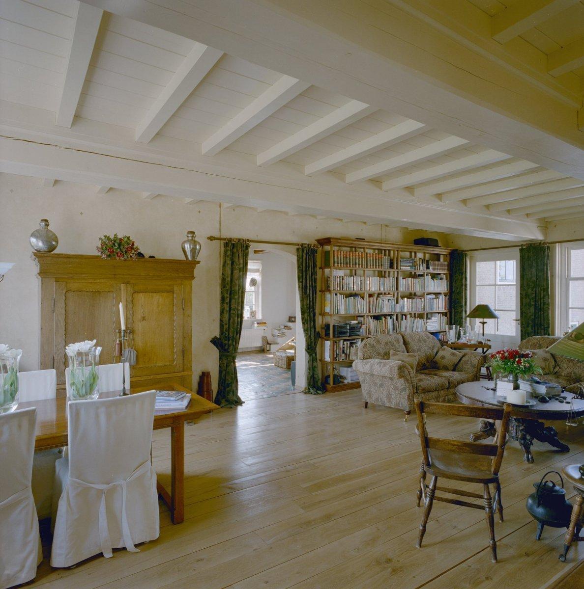 File:Interieur woonkamer met houten plafond, voorheen stalgedeelte, na ...