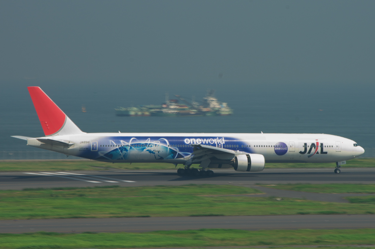 File:Japan Airlines 77...