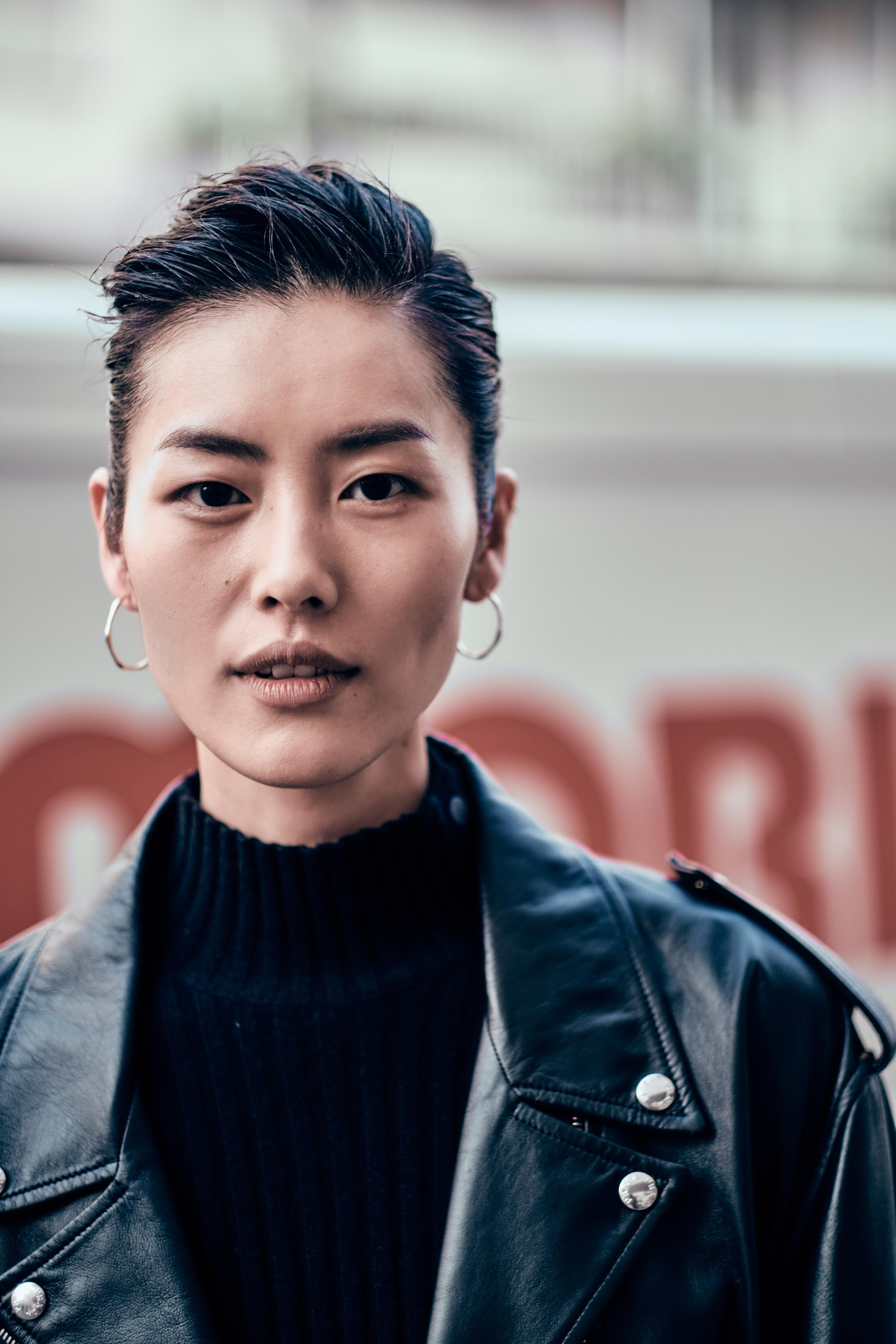 The 33-year old daughter of father (?) and mother(?) Liu Wen in 2021 photo. Liu Wen earned a  million dollar salary - leaving the net worth at 1.7 million in 2021