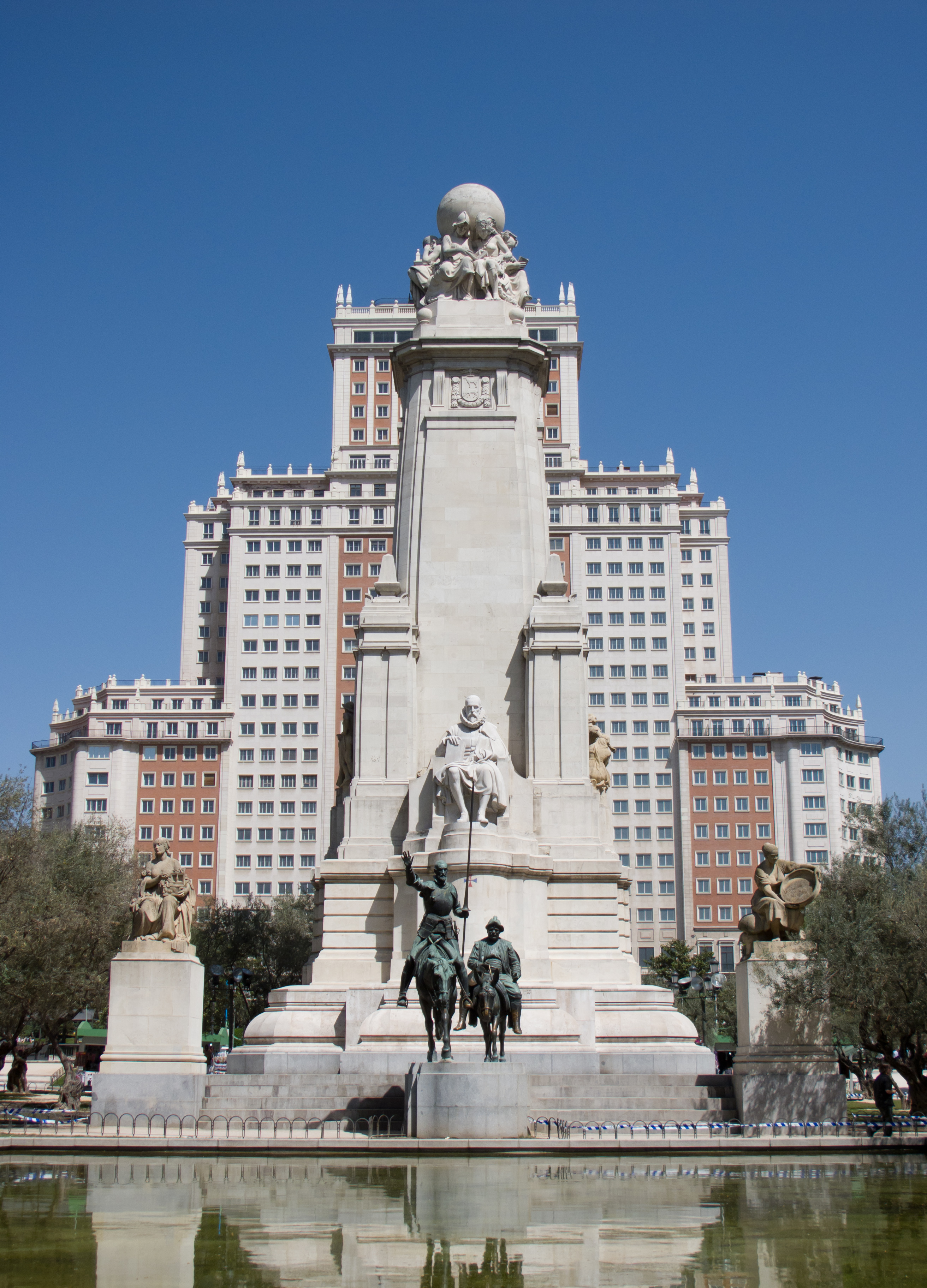 Памятник Мигелю Сервантесу в Мадриде на площади Испании
