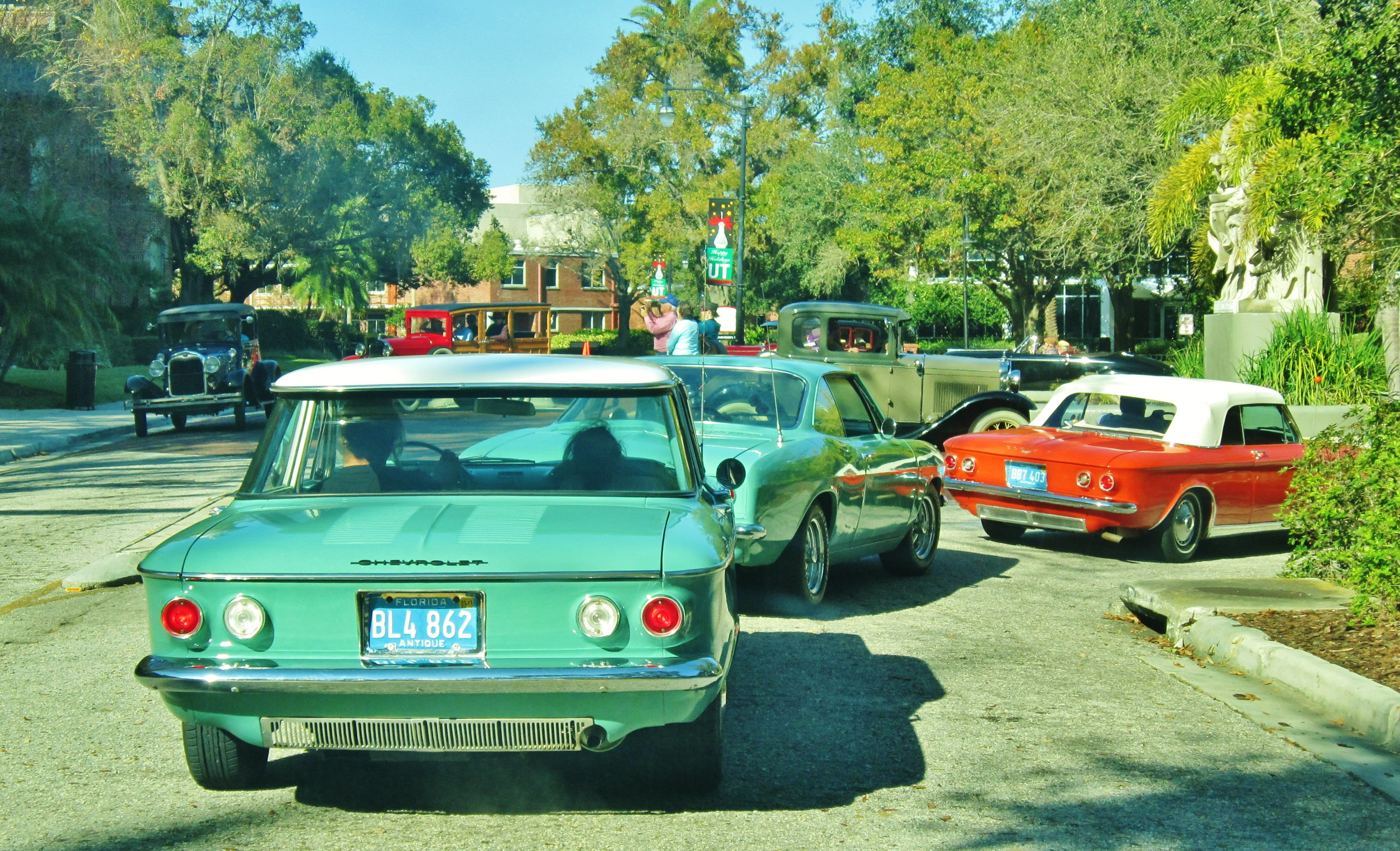 File:Parade of vintage cars in front of the university in