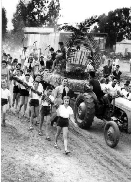 PikiWiki Israel 143 Kibbutz Harvest Celebration הבאת ביכורים בקיבוץ