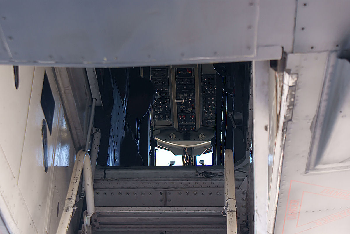 Rockwell_B-1B_Lancer_into_cockpit_MacDill_AirFest_5Oct2011_%2814512971180%29.jpg