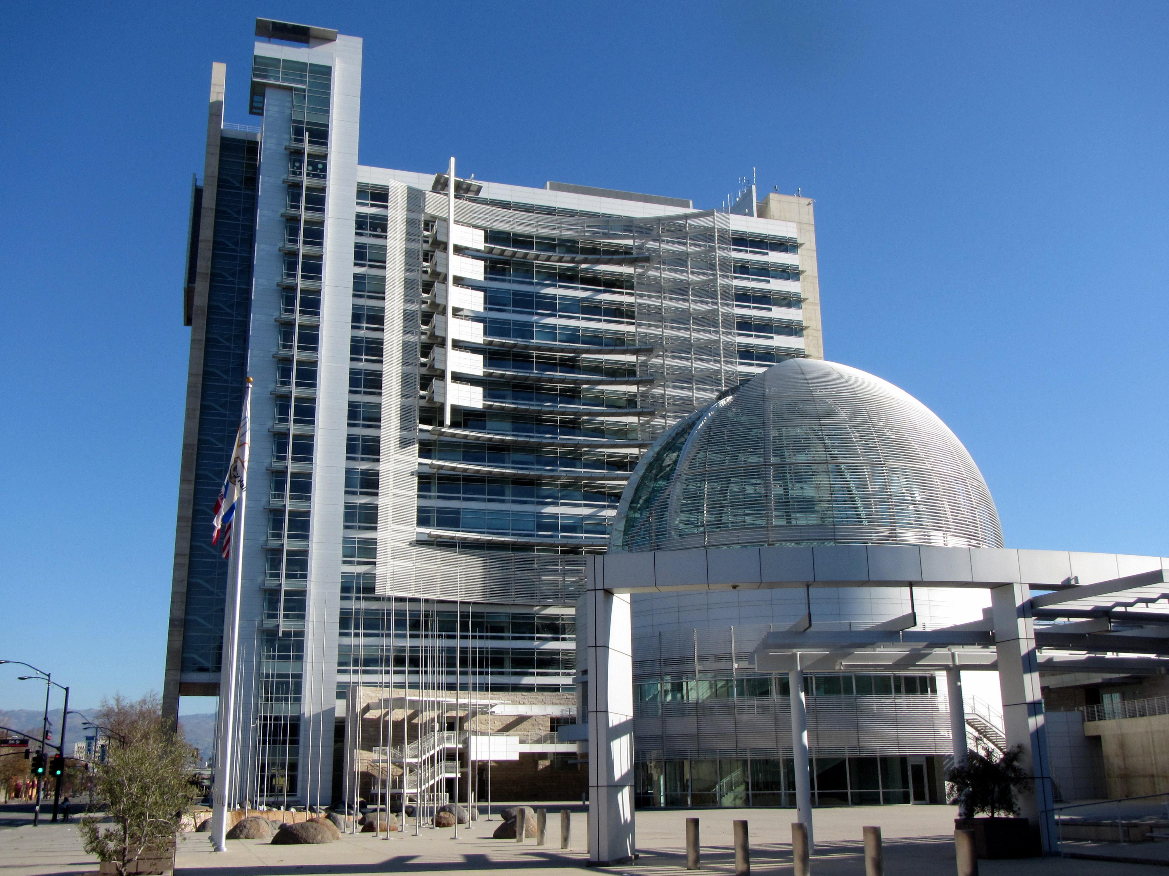 https://upload.wikimedia.org/wikipedia/commons/9/9a/San_Jose_City_Hall_-_panoramio.jpg