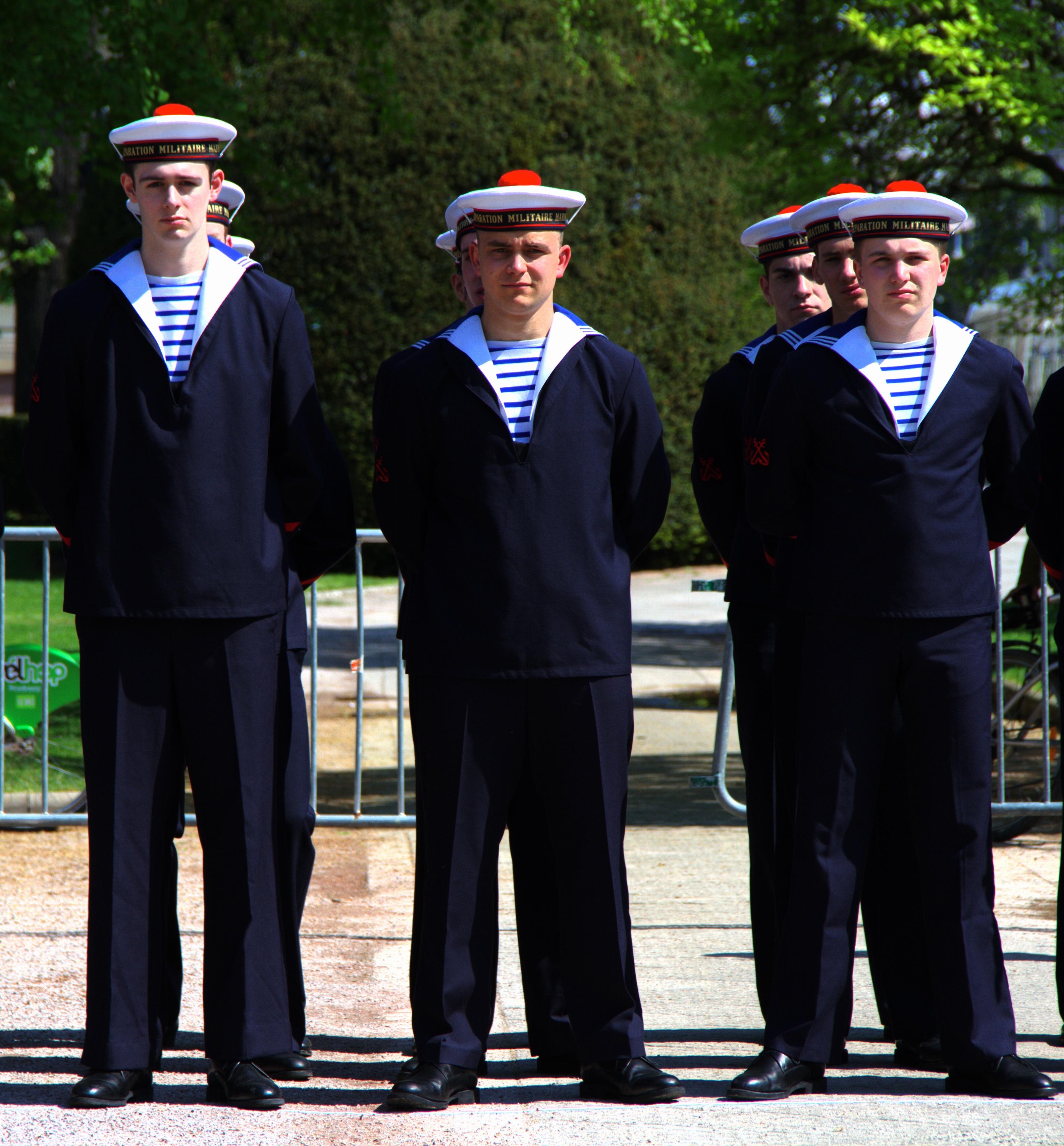 Description Stagiaires de la Préparation militaire marine portant la ...