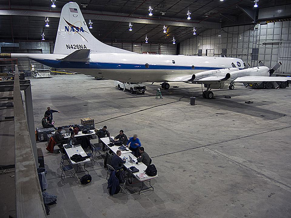 File The Nasa P 3b Sits In The Hangar At Thule Air Base