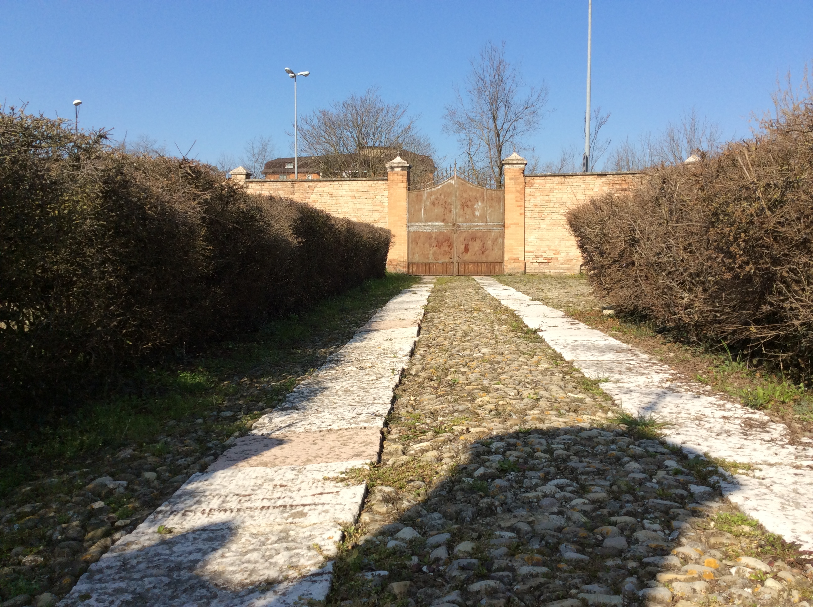 File:Vialetto Du0027ingresso Verso Il Cancello ...