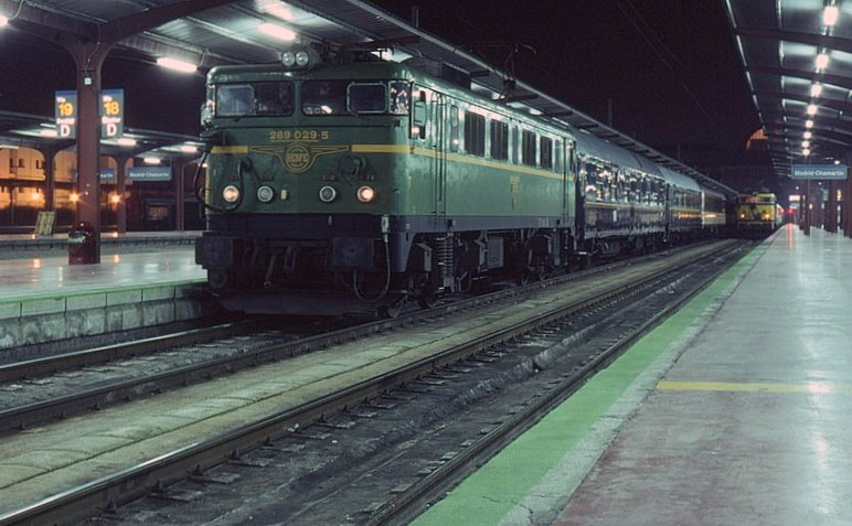 Locomotora 269.029 con esquema original. Foto de Phil Richards realizada en 1993 en Madrid Chamartin.