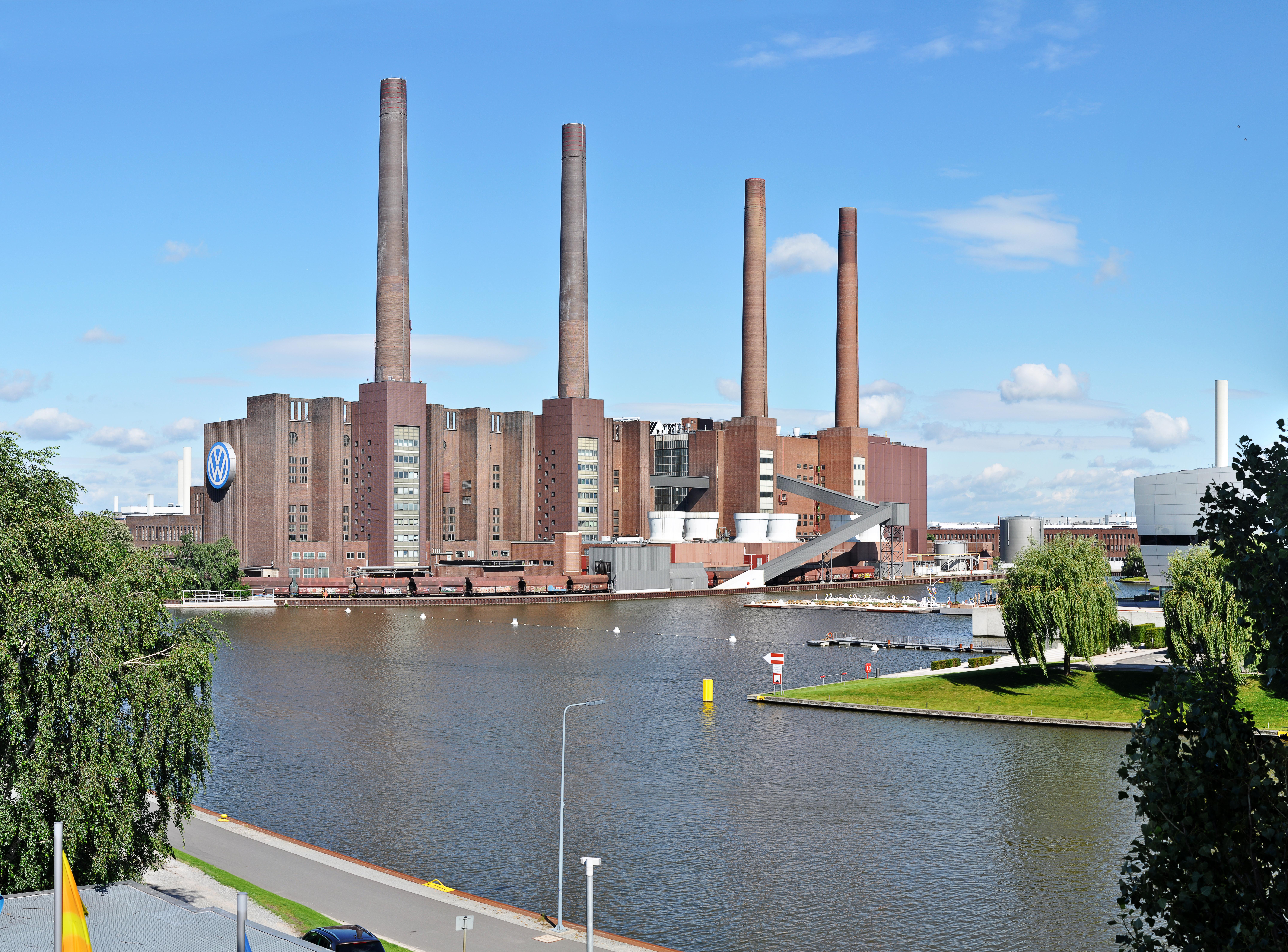 Volkswagenwerk in WolfsburgDie Volkswagen AG ist, gemessen am Umsatz, der größte von 30 im DAX gelisteten Konzernen.