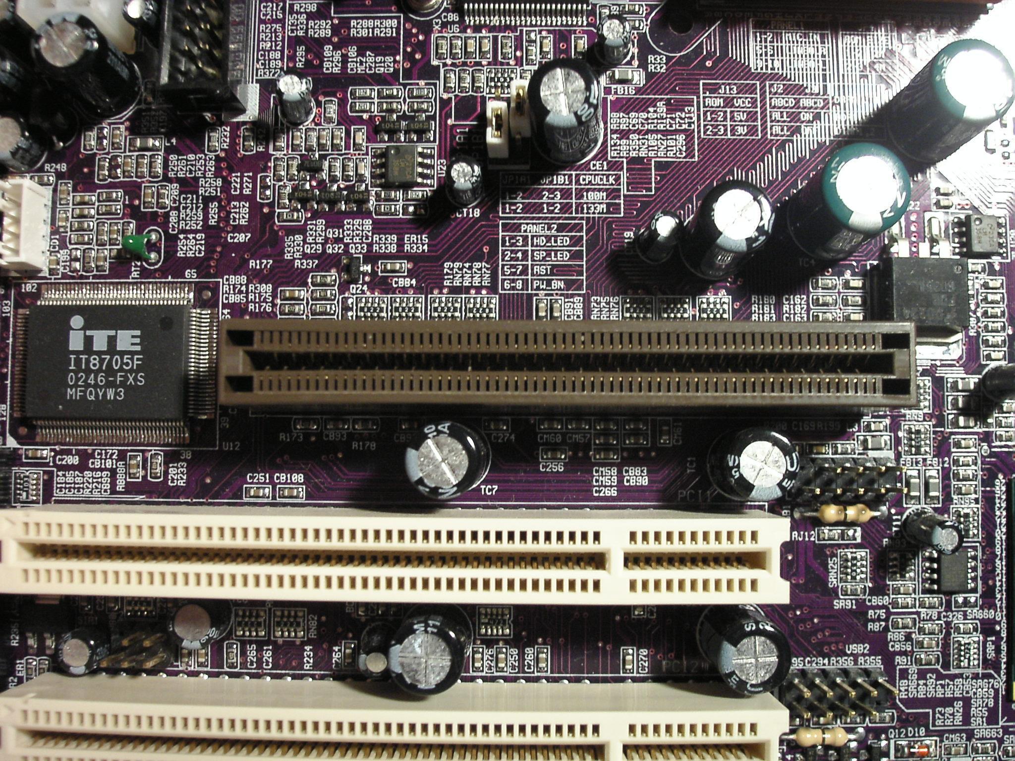 O encaixe de uma interface AGP (marrom)