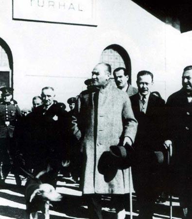 Atatürk 1930 Turhal İstasyonu.jpg