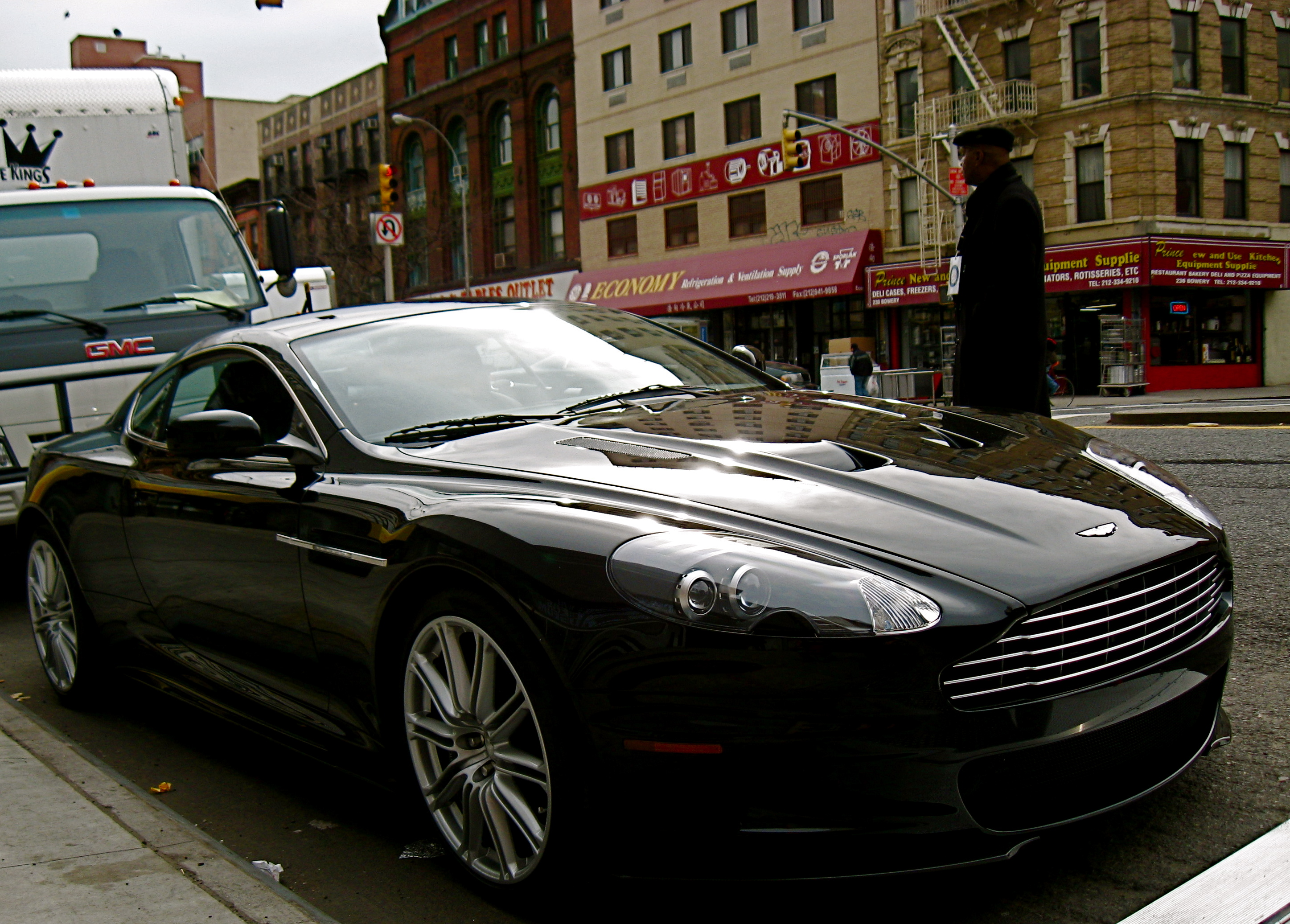 http://upload.wikimedia.org/wikipedia/commons/9/9b/Black_Aston_Martin_DBS_fr.jpg