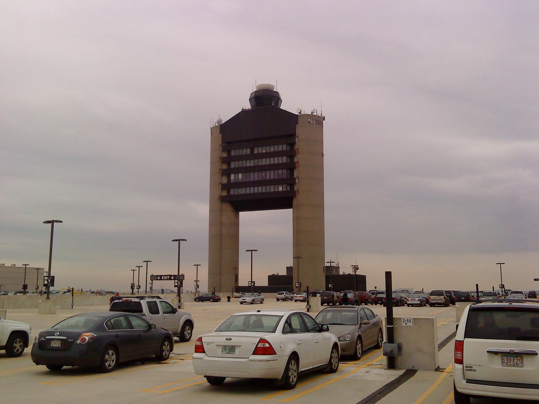 Markanter Tower des Flughafens
