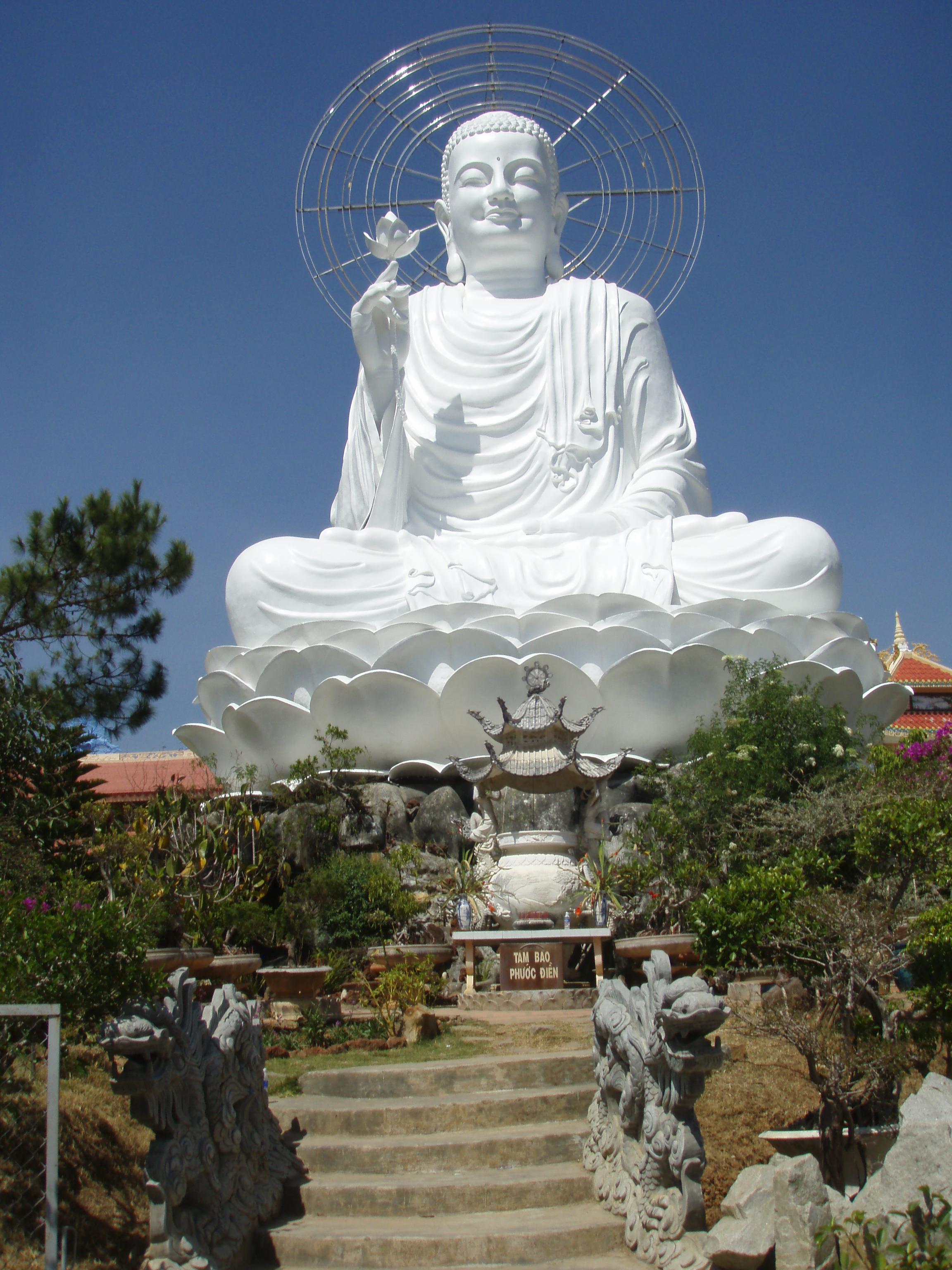 https://upload.wikimedia.org/wikipedia/commons/9/9b/Buddha_Statue_in_Vietnam.jpg