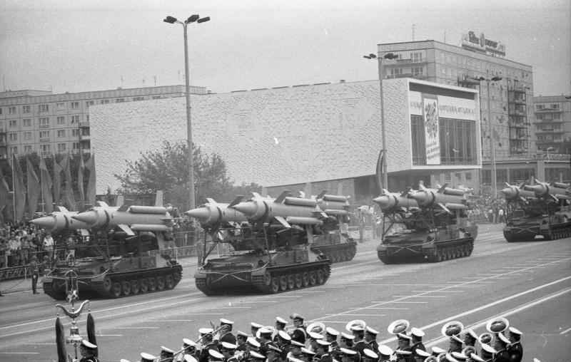 Démonstration de force sur la Karl Marx Allee à Berlin-est pendant la guerre froide.