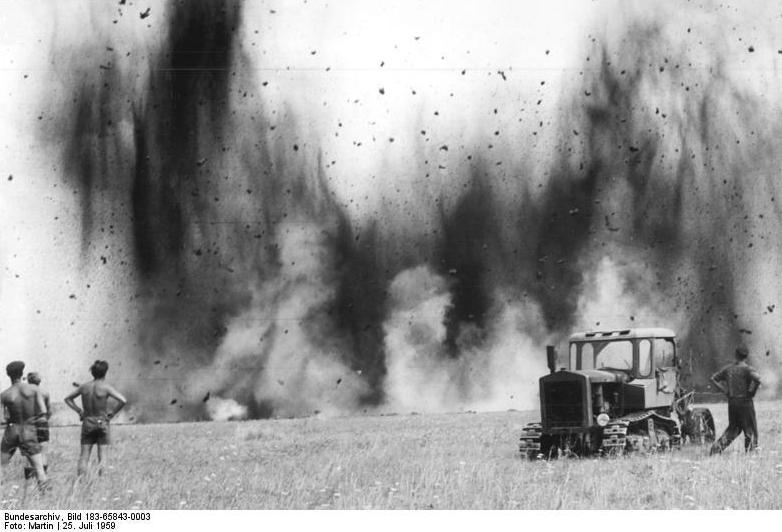 Bundesarchiv Bild 183-65843-0003, Grabensprengung zur Entwässerung